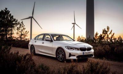 Ένας συνδυασμός απαράμιλλης δυναμικής και εξαιρετικής απόδοσης προσδιορίζει το χαρακτήρα της νέας BMW Σειράς 3 Sedan. Και τώρα, με την προσθήκη ενός plug-in υβριδικού συστήματος στη γκάμα κινητήριων συνόλων, αυτά τα θεμελιώδη χαρακτηριστικά αποκτούν μία πρόσθετη, και ιδιαίτερα πρωτοποριακή διάσταση. Η τελευταία γενιά της τεχνολογίας BMW eDrive συνδυάζεται με έναν 4-κύλινδρο βενζινοκινητήρα, αναβαθμίζοντας τις σπορ επιδόσεις της νέας BMW 330e Sedan (η οποία λανσάρεται φέτος το καλοκαίρι σε όλο τον κόσμο) και προάγοντας την εμπειρία της ηλεκτροκίνησης. Κάνοντας την πρώτη του εμφάνιση σε μοντέλο BMW, το στάνταρ XtraBoost αυξάνει την ισχύ του plug-in υβριδικού συστήματος σε 215 kW/292 hp. Η άμεση απόκριση του συστήματος κίνησης είναι χαρακτηριστικό στοιχείο της BMW 330e Sedan. Σε αυτό προστίθεται η αυξημένη αυτονομία που είναι κατά 50% μεγαλύτερη από της προκατόχου της - 66 km* με μηδενικές εκπομπές ρύπων. Οι τιμές κατανάλωσης και εκπομπών ρύπων μειώνονται πάνω από 15% σε σχέση με του προηγούμενου μοντέλου – 1.9 – 1.6 lit / 100 km * και 43 – 37 g / km*. Στη νέα BMW 330e Sedan, η συνεργασία μεταξύ ηλεκτροκινητήρα και κινητήρα καύσης προάγεται σε νέα επίπεδα. Περισσότερο από ποτέ, ο εξηλεκτρισμός του συστήματος κίνησης συμβάλλει στην αυξημένη απόδοση αλλά και σε μία απαράμιλλη οδηγική απόλαυση. Το plug-in υβριδικό σύστημα συνδυάζει τις αρετές ενός δίλιτρου, 4κύλινδρου κινητήρα Τεχνολογίας BMW TwinPower Turbo που αποδίδει 135 kW/184 hp, με τα χαρίσματα ενός ηλεκτροκινητήρα απόδοσης 83 kW/113 hp. Συνολικά, οι δύο πηγές ισχύος παράγουν μέγιστη ροπή 420 Nm. Πρεμιέρα στη νέα BMW 330 e Sedan : XtraBoost για εξαιρετικά δυναμικές επιδόσεις. Νέο στοιχείο – στάνταρ στη νέα BMW 330e Sedan – είναι το XtraBoost, που αναδεικνύει τον δυναμικό χαρακτήρα του αυτοκινήτου. Ο οδηγός θέτει σε λειτουργία το XtraBoost ενεργοποιώντας το SPORT mode με τον διακόπτη Driving Experience Control. Ένα δυναμικό πάτημα του γκαζιού απελευθερώνει +30 kW/40 hp επιπλέον της συνολικής ισχύος 185 kW/252 hp του