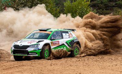 • Η SKODA Fabia R5 evo επέδειξε την αξιοπιστία της και στον ενδέκατο και σκληρότερο αγώνα του Παγκοσμίου Πρωταθλήματος Ράλι, το Ράλι Τουρκίας • Οι Jan Kopecky – Pavel Dresler, έφεραν τη SKODA Fabia R5 evo στη 2η θέση στη WRC 2 Pro, ενώ τα κλαταρίσματα των ελαστικών τούς στέρησαν τη δυνατότητα της νίκης • Το δεύτερο εργοστασιακό πλήρωμα της SKODA Motorsport, Kalle Rovanperä - Jonne Halttunen, μετά από δύσκολο αγώνα τερμάτισαν στην 3η θέση, που τους διατηρεί επικεφαλής στην βαθμολογία στο θεσμό FIA WRC 2 Pro • Οι Πολωνοί Kajetanowicz-Szczepaniak, με Skoda Fabia R5, τερμάτισαν πρώτοι στην κατηγορία WRC2, σε μία κλάση που από τα εννέα αυτοκίνητα που τερμάτισαν, τα οκτώ πρώτα ήταν SKODA Η SKODA Fabia R5 evo επέδειξε την παροιμιώδη αξιοπιστία της και στο Ράλι Τουρκίας, ίσως τον πιο σκληρό αγώνα στο εφετινό καλεντάρι του FIA WRC. Βραχώδεις επιφάνειες και υψηλές θερμοκρασίες ταλαιπώρησαν πληρώματα, αυτοκίνητα και – κυρίως – ελαστικά. Ένα κλατάρισμα στην πρώτη Ε.Δ. του Σαββάτου ήταν αρκετό να αποσυντονίσει τον Rovanperä και να τον βγάλει από τον δρόμο. Κατάφερε να συνεχίσει, είχε και άλλα δύο κλαταρίσματα στην συνέχεια, και χωρίς άλλη ρεζέρβα (από τις δύο που είχε μαζί του), αναγκάστηκε να εγκαταλείψει και να εκκινήσει την επόμενη ημέρα ξανά, χάνοντας ουσιαστικά τις ελπίδες του για τη νίκη. Με το Rovanperä εκτός διεκδίκησης της 1ης θέσης, η SKODA Motorsport έμεινε μόνο με τον Kopecky να στοχεύει τη νίκη, που σε επίπεδο ταχύτητας και επιδόσεων, έδειχνε να διαχειρίζεται άνετα την αποστολή. Όμως συνολικά επτά κλαταρίσματα στις τρεις πλήρεις ημέρες του αγώνα αποδείχτηκαν αρκετά για να στερήσουν από τον Τσέχο οδηγό την διαφαινόμενη άνετη επικράτηση. Οι Kopecky –Dresler έφεραν τη SKODA Fabia R5 evo τελικά στη 2η θέση της κατηγορίας WRC 2 Pro, ενώ αρκετά πίσω τους, με κορυφαίους χρόνους όμως στις Ειδικές Διαδρομές, τερμάτισαν οι Rovanperä - Halttunen με το άλλο εργοστασιακό αυτοκίνητο. Οι δύο θέσεις στο βάθρο διατήρησαν και αύξησαν τη διαφορά της SKODA στο πρωτάθλημα κατασκευαστών 