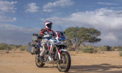 """• Η θρυλική μοτοσυκλέτα περιπέτειας της Honda αναβαθμίζεται σε επίπεδο επιδόσεων και τεχνολογικών χαρακτηριστικών • Νέος, παράλληλος δικύλινδρος κινητήρας προδιαγραφών Euro5 αποδίδει μέγιστη ισχύ 102hp και μέγιστη ροπή 105Nm – αύξηση 7% και 6% αντίστοιχα • Ελαφρύτερη κατά 5 κιλά, με βελτιωμένο λόγο ισχύος προς βάρος κατά 10% χάρη στα μέτρα μείωσης βάρους σε κινητήρα, πλαίσιο και ψαλίδι • Νέα Οθόνη TFT 6.5"""" (Multi-Information Display) με Apple CarPlay®, συνδεσιμότητα Bluetooth και επιφάνεια αφής (touchscreen) • Τέσσερα προκαθορισμένα προφίλ οδήγησης – και δύο επιλεγόμενα από τον αναβάτη – προσαρμόζουν στις εκάστοτε συνθήκες τα χαρακτηριστικά ισχύος, φρένου κινητήρα, ελέγχου ροπής [Honda Selectable Torque Control (HSTC)], συστήματος ελέγχου σούζας (Wheelie Control) και Cornering ABS • Νέα μονάδα μέτρησης αδράνειας (Inertial Measurement Unit) έξι αξόνων διαχειρίζεται το HSTC, και τις νέες λειτουργίες Cornering ABS, Wheelie Control και Rear Lift Control (σύστημα αποφυγής ανύψωσης πίσω τροχού), ενώ το Cruise Control προσφέρεται στάνταρ • Η CRF1100L Africa Twin εντυπωσιάζει ιδιαίτερα με τις off-road ικανότητές της • Η CRF1100L Adventure Sports διαθέτει όλα τα προσόντα για διαδρομές μεγάλων αποστάσεων – προαιρετικά διατίθεται με προηγμένο σύστημα ανάρτησης Showa EERA™ • Μοναδικό κιβώτιο διπλού συμπλέκτη (Dual Clutch Transmission) διατίθεται και για τα δύο μοντέλα Πλήρως αναβαθμισμένη, ελαφρύτερη, ισχυρότερη και με πολλές νέες τεχνολογίες, η νέα Africa Twin αναμένεται στις εκθέσεις των Ευρωπαίων εμπόρων μέσα στο 2019. Οι υπεύθυνοι εξέλιξης αξιοποίησαν τα περιθώρια βελτίωσης, αναδεικνύοντας τα ιδιαίτερα χαρακτηριστικά τόσο της ίδιας της Africa Twin όσο και της 'Adventure Sports' εκδοχής της και προσδίδοντάς τους μία πιο σαφή ταυτότητα. Έτσι οι αναβάτες έχουν στη διάθεσή τους το βέλτιστο εξοπλισμό για να αντιμετωπίσουν κάθε είδους περιπέτεια, σε εκτός δρόμου διαδρομές αλλά και διηπειρωτικά ταξίδια. Πλαίσιο και κινητήρας Η Africa Twin υιοθετεί ένα νέο, Euro5, παράλληλο δικύλιν"""