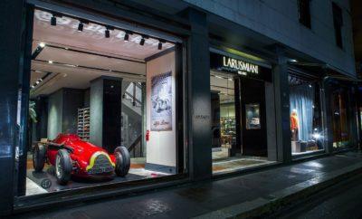 """Με αφορμή το προσεχές Grand Prix στην πίστα της Monza, η Alfa Romeo έχει προγραμματίσει σειρά εκδηλώσεων για να γιορτάσει τη μακρά παράδοση της στους αγώνες. Η θρυλική GP Tipo 159 """"Alfetta"""" που κατέκτησε το Παγκόσμιο Πρωτάθλημα της Formula 1 το 1951 θα βρεθεί στη Larusmiani Boutique στη Via Monte Napoleone. Αντίστοιχα η Piazzale Cadorna θα φιλοξενήσει το Motorhome της Alfa Romeo Racing αλλά και τη C38, το φετινό μονοθέσιο της ομάδας. Οι κορυφαίες εκδόσεις Quadrifoglio των Giulia και Stelvio, καθώς και η υπόλοιπα γκάμα της Alfa Romeo θα βρίσκονται στη διάθεση του κοινού για test drive. H Ιταλία υποδέχεται το Παγκόσμιο Πρωτάθλημα της Formula 1 στην πίστα της Monza (8 Σεπτεμβρίου) και η Alfa Romeo έχει προγραμματίσει μια σειρά εκδηλώσεων για όλους τους φίλους του μηχανοκίνητου αθλητισμού. Την Τετάρτη 4 Σεπτεμβρίου η Larusmiani Boutique θα φιλοξενήσει το μονοθέσιο με το οποίο ο J.M. Fangio κατέκτησε το Παγκόσμιο Πρωτάθλημα της Formula 1 το 1951. Την Alfa Romeo GP Tipo 159 """"Alfetta"""" θα συνοδεύσει έκθεση με σπάνιο φωτογραφικό υλικό από το αρχείο του μουσείου του μάρκας. Το τετράφυλλο τριφύλλι και ο γλάρος, δύο σύμβολα της Ιταλικής υπεροχής Η Larusmiani και η Alfa Romeo αποτελούν σύμβολα του Ιταλικού στιλ με διεθνή απήχηση. Και οι δύο μάρκες συνδυάζουν με ένα μοναδικό τρόπο το στιλ, την ποιότητα και την κομψότητα. Από το 1936 ο «Γλάρος» (""""Larus"""" στα Λατινικά) κοσμεί τα ρούχα της Larusmiani, όπως από το 1923 το τετράφυλλο τριφύλλι συνοδεύει τις πιο γρήγορες Alfa Romeo, όπως η """"Alfetta"""" του 1951, αλλά και η C38, το φετινό μονοθέσιο της Alfa Romeo Racing που θα οδηγήσουν οι Kimi Räikkönen και Antonio Giovinazzi στη Monza. Ειδικότερα η ιστορία της GP Tipo 159 """"Alfetta"""", η οποία ανήκει στη συλλογή της FCA Heritage και η βάση της βρίσκεται στο μουσείο της μάρκας στο Arese είναι αρκετά ενδιαφέρουσα. Ουσιαστικά η """"Alfetta"""" προέρχεται από το μονοθέσιο της προηγούμενης χρονιάς με το οποίο η Alfa Romeo κατέκτησε το 1950 το Πρώτο Παγκόσμιο Πρωτάθλημα της Formula 1. Με ακόμα πιο δυνατό"""