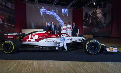 "Η Alfa Romeo ανακοίνωσε στo πλαίσιo συνέντευξης τύπου στο Μουσείο του Arese, ένα πρωτοποριακό πρόγραμμα επικοινωνίας για το λανσάρισμα των Giulia και Stelvio Model Year 2020, στο οποίο θα πρωταγωνιστούν ο Kimi Räikkönen και η σύζυγος του Minttu Räikkönen. Στην ίδια εκδήλωση παρουσιάστηκε το μονοθέσιο C38 της Alfa Romeo Racing Formula 1 Team με τον ειδικό χρωματισμό που σχεδιάστηκε ειδικά για το Ιταλικό Grand Prix. Οι Kimi Räikkönen και Antonio Giovinazzi στα πλαίσια της εκδήλωσης παρέδωσαν προσωπικά τα κλειδιά σε 8 τυχερούς νέους ιδιοκτήτες μοντέλων της Alfa Romeo. Με αφορμή το Ιταλικό Grand Prix η Alfa Romeo διοργανώνει σειρά εκδηλώσεων στη Monza, αλλά και στην ευρύτερη περιοχή του Μιλάνο. Η Alfa Romeo στo πλαίσιo συνέντευξης τύπου στο μουσείο της μάρκας στο Arese, ανακοίνωσε ότι ο Kimi Räikkönen και η σύζυγος του Minttu Räikkönen θα συμμετέχουν σε μία μίνι σειρά 5 διαφημιστικών σποτ για το λανσάρισμα των Giulia και Stelvio Model Year 2020. Μετά την παρουσίαση των ειδικών εκδόσεων Alfa Romeo Racing από τους Räikkönen και Giovinazzi στο Balocco, ο Φιλανδός οδηγός θα αποδείξει και πάλι το υποκριτικό του ταλέντο, έχοντας αυτή τη φορά στο πλευρό του τη σύζυγο του. Μία ξεχωριστή εμφάνιση για το Ιταλικό Grand Prix Στην εκδήλωση η ""Alfa Romeo Racing"" πραγματοποίησε την αποκάλυψη του μονοθεσίου C38 με το οποίο θα αγωνιστεί στον Κυριακάτικο αγώνα στη Monza. Για την περίσταση το Alfa Romeo Style Centre σχεδίασε ξεχωριστούς χρωματισμούς που κάνουν ακόμα πιο δυναμικό το «υπηρεσιακό αυτοκίνητο» των Räikkönen και Giovinazzi. Στην εκδήλωση έδωσε το παρών ο επικεφαλής της ομάδας, Frédéric Vasseur, αλλά και οκτώ τυχεροί αγοραστές νέων μοντέλων της Alfa Romeo που παρέλαβαν τα κλειδιά των αυτοκινήτων τους από τους δύο οδηγούς της ομάδας. To μουσείο ""La Macchina del Tempo"" της Alfa Romeo αποτελεί το επίκεντρο μιας σειρά δραστηριοτήτων για τους φίλους της μάρκας στα πλαίσια του Ιταλικού Grand Prix."