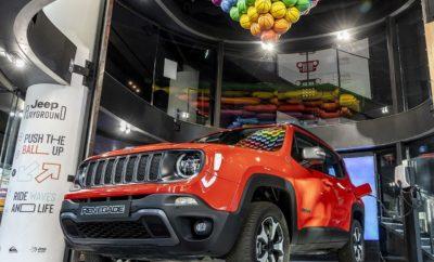 Το πρώτο Plug-in Hybrid της Jeep® για την Ευρώπη, κάνει την εμφάνιση του στον πιο διάσημο δρόμο της Γαλλικής πρωτεύουσας και αποκαλύπτει τα ιδιαίτερα ενδιαφέροντα τεχνικά του χαρακτηριστικά. Το Jeep Renegade PHEV θα βρίσκεται στο MotorVillage στην Champs-Elysées μέχρι τις 25 Σεπτεμβρίου. Μετά την παγκόσμια πρεμιέρα στην έκθεση της Γενεύης τον περασμένο Μάρτιο, το νέο Jeep® Renegade Plug-in Hybrid (PHEV), θα βρεθεί στη καρδιά της Γαλλικής πρωτεύουσας στην έκθεση της Jeep στην Champs-Elysées. Το νέο μοντέλο θα αποτελεί το σημείο αναφοράς στην έκθεση Playground, η οποία δημιουργήθηκε για να τονίσει τη σύνδεση της Jeep με το χώρο του αθλητισμού και θα διαρκέσει μέχρι τις 25 Σεπτεμβρίου. Το μοντέλο που θα μπορεί να δει το κοινό από κοντά είναι το Jeep Renegade PHEV Trailhawk, έκδοση που εκφράζει με τον καλύτερο τρόπο το δυνατό χαρακτήρα και παράλληλα το φιλικό προς το περιβάλλον προφίλ του μοντέλου. Η αυτονομία του Renegade PHEV με αμιγώς ηλεκτρική κίνηση είναι περίπου 50χλμ., απόσταση κατά την οποία το μοντέλο έχει μηδενικές εκπομπές ρύπων. Το υβριδικό σύστημα αποτελείται από το νέο Turbo κινητήρα FireFly των 1,3 λίτρων, ο οποίος συνεργάζεται με έναν τοποθετημένο ανάμεσα στους δύο πίσω τροχούς ηλεκτροκινητήρα που τροφοδοτείται από συστοιχία μπαταριών. Οι μπαταρίες φορτίζουν κατά την κίνηση του οχήματος, αλλά και κατά τη στάθμευση του μέσω του κατάλληλου -οικιακού ή δημόσιου- ηλεκτρικού δικτύου. Ο χρόνος φόρτισης διαρκεί από μισή έως και τρείς ώρες, ανάλογα με τον τύπο της σύνδεσης. Η συνδυαστική ισχύς των δύο κινητήρων προσφέρει κορυφαίες επιδόσεις, με την διαδικασία επιτάχυνσης 0-100χλμ./ώρα να απαιτεί περίπου 7 δευτερόλεπτα, ενώ οι εκπομπές CO2 είναι λιγότερες από 50γρμ./χλμ. (NEDC2). Η συνολική ισχύς είναι 190 ή 240 ίπποι (ανάλογα με την έκδοση), ενώ το όχημα μπορεί να κινηθεί αμιγώς με ηλεκτρική ισχύ σε ταχύτητες που αγγίζουν τα 130χλμ./ώρα. Παράλληλα η υβριδική τεχνολογία ενισχύει επιπλέον τις ήδη κορυφαίες εκτός δρόμου δυνατότητες του μοντέλου προσφέροντας περισσό