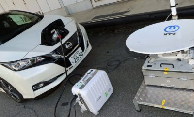 Ένα πιλοτικό έργο που χρησιμοποιεί τα ηλεκτρικά αυτοκίνητα Nissan LEAF, για αποθήκευση και εκφόρτωση ηλεκτρικής ενέργειας Το πιλοτικό έργο που χρησιμοποιεί ηλεκτρικά αυτοκίνητα Nissan LEAF για την ενεργειακή υποστήριξη σε κτίρια γραφείων, έχει αποδειχθεί επιτυχές στην μείωση του κόστους ενέργειας και των εκπομπών CO2. Το συγκεκριμένο έργο που εκμεταλλεύεται την τεχνολογία Nissan Energy Share, ξεκίνησε το Δεκέμβριο του 2018 από τις εταιρείες Nippon Telegraph και Telephone West Corp., NTT Smile Energy και τη Nissan. Το έργο χρησιμοποιεί ηλιακούς συλλέκτες, τοποθετημένους σε χώρους στάθμευσης οχημάτων, συμβάλλοντας στην ενεργειακή τροφοδοσία ενός κτιρίου γραφείων. Οι μπαταρίες στα ηλεκτρικά οχήματα Nissan LEAF χρησιμοποιούνται για την αποθήκευση και την εκφόρτωση ενέργειας, σε συνδυασμό με σταθερά συστήματα αποθήκευσης. Ανάλογα με την ποσότητα ηλεκτρικής ενέργειας που παράγεται και καταναλώνεται ανά πάσα στιγμή, τόσο τα συστήματα αποθήκευσης των ηλεκτρικών οχημάτων, όσο και αυτά των σταθερών, ελέγχονται εξ αποστάσεως για τη φόρτιση ή την εκφόρτωση ενέργειας. Με την εκφόρτωση ενέργειας κατά τη διάρκεια αιχμής της ζήτησης το καλοκαίρι, τα αυτοκίνητα Nissan LEAF συνέβαλαν σε συνολική μείωση της κατανάλωσης ενέργειας κατά 14,1 κιλοβάτ-ώρα από το δίκτυο, σε διάστημα 30 λεπτών. Συγκεκριμένα, 6,6 kWh αυτής της μείωσης αντιστοιχούσαν στους ηλιακούς συλλέκτες και στα οχήματα LEAF, αντιστοιχούσαν 7,5 kWh. Οι εταιρείες που συμμετέχουν στο πιλοτικό έργο, σχεδιάζουν να πραγματοποιήσουν την επόμενη δοκιμή τους υπό χειμερινές συνθήκες. Θα εξετάσουν την επίδραση της εκφόρτωσης ενέργειας από τα σταθερά συστήματα αποθήκευσης και επίσης θα μελετήσουν πώς να αποφύγουν νέες περιόδους αιχμής στην ζήτηση ενέργειας, που μπορεί να προκαλούνται από τους ανθρώπους που φορτίζουν τα ηλεκτρικά οχήματά τους, καθώς αυτά θα γίνονται όλο και πιο διαδεδομένα. Το NTT Group έχει δεσμευτεί για τo EV100, μια παγκόσμια πρωτοβουλία που φέρνει σε επαφή εταιρίες που έχουν δεσμευτεί να δημιουργήσουν υποδομές EV 