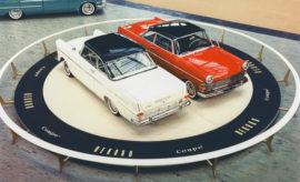"""«Ιδρυτικά μέλη»: Οι αδελφοί Opel εμφανίστηκαν στο χώρο της αυτοκίνησης μέσα από την πρώτη έκθεση Μάρκα πλούσια σε παράδοση: 120 χρόνια παραγωγή αυτοκινήτων στο Rüsselsheim Εντυπωσιακές πρεμιέρες: Opel Experimental GT, Insignia και Monza Concept To 68ο Διεθνές Σαλόνι Αυτοκινήτου της Φρανκφούρτης (IAA) άνοιξε τις πύλες του για το κοινό και θα παραμείνει ανοιχτό μέχρι τις 22 Σεπτεμβρίου. To IAA αναπολεί με υπερηφάνεια μία μακρά παράδοση που ξεκίνησε το 1897 όταν πραγματοποιήθηκε η """"Διεθνής Έκθεση Αυτοκινήτου του Βερολίνου"""" – η πρώτη μικρή Έκθεση Αυτοκινήτου στη Γερμανία. Η Opel βρέθηκε εκεί από την πρώτη στιγμή, αρχικά με μορφή 'start-up' που ξεκίνησε να κατασκευάζει τα πρώτα της αυτοκίνητα το 1899. 120 χρόνια αργότερα, η Opel γιορτάζει σημαντικές παγκόσμιες πρεμιέρες στη Φρανκφούρτη με την έκτη γενιά Corsa, το νέο Astra και το Grandland X, το πρώτο plug-in υβριδικό μοντέλο του κατασκευαστή. Η ιστορία της Opel στο IAA ξεκίνησε μία ηλιόλουστη φθινοπωρινή μέρα στη Γερμανική πρωτεύουσα. Στα τέλη του 19ου αιώνα: στο επίκεντρο της προσοχής οκτώ αυτοκινούμενες άμαξες Στις 30 Σεπτεμβρίου, 1897, η πρώτη Γερμανική Έκθεση Αυτοκινήτου πραγματοποιήθηκε στην καρδιά του Βερολίνου. Οκτώ καλογυαλισμένες άμαξες στέκονταν στη λεωφόρο """"Unter den Linden"""" μπροστά από το πολυτελές Hotel Bristol. Ο λόγος; Η ιδρυτική συνέλευση της Ένωσης Κατασκευαστών Αυτοκινήτων Κεντρικής Ευρώπης (Central European Motor Car Association), και μία βόλτα στο δάσος Grunewald. Παρότι η Opel δεν είχε αρχίσει ακόμα να κατασκευάζει αυτοκίνητα, συμμετείχε στη συνέλευση. Οι Wilhelm και Fritz Opel, δύο από τους πέντε γιους της Sophie και του Adam Opel, είχαν ραντεβού με έναν πρωτοπόρο της αυτοκίνησης, τον Friedrich Lutzmann. Ο Lutzmann ταξίδεψε από το Dessau μέχρι το Βερολίνο με δύο από τα αυτοκίνητά του. Η εμφάνισή του στη """"Διεθνή Έκθεση Αυτοκινήτου του Βερολίνου 1897"""" αποτέλεσε την απαρχή της διάσημης επιχειρηματικής συμφωνίας που «σφραγίστηκε» στις 21 Ιανουαρίου του 1899, όταν η Opel ανέλαβε το Anhaltische Motorwage"""