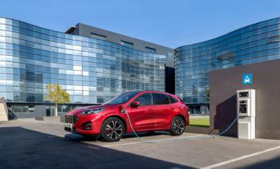 """• Η Ford ενισχύει τη δέσμευσή της για ένα καθαρότερο μέλλον παρουσιάζοντας στην Έκθεση Αυτοκινήτου της Φρανκφούρτης την πληρέστερη γκάμα ηλεκτροκίνητων οχημάτων, ανάμεσα στα οποία περιλαμβάνεται και το νέο Puma Titanium X • Μέχρι τα τέλη του 2022, τα ηλεκτροκίνητα μοντέλα θα συγκεντρώνουν ποσοστό άνω του 50% επί των συνολικών πωλήσεων των αυτοκινήτων Ford στην Ευρώπη υπερβαίνοντας έτσι τις συνδυασμένες πωλήσεις των συμβατικών μοντέλων βενζίνης και diesel • Η Ford ανακοινώνει τις νέες λύσεις που σκοπεύει να εισάγει για την ευκολότερη και ταχύτερη φόρτιση των ηλεκτροκίνητων οχημάτων που θα συμβάλλουν στην κατεύθυνση δημιουργίας πιο αθόρυβων και καθαρών πόλεων Η Ford παρουσίασε σήμερα στην Έκθεση Αυτοκινήτου της Φρανκφούρτης μία γκάμα νέων οχημάτων που θα συμβάλουν σε λίγα χρόνια από σήμερα στην ανατροπή των μεριδίων πωλήσεων των ηλεκτροκίνητων μοντέλων έναντι των συμβατικών πετρελαιοκίνητων και βενζινοκίνητων. «Με την ηλεκτροκίνηση να εξελίσσεται γρήγορα σε νέα τάση της εποχής, αυξάνουμε τον αριθμό των ηλεκτροκίνητων μοντέλων και επιλογών κινητήρων μας, ώστε οι πελάτες μας να μπορούν να επιλέξουν σύμφωνα με τις ανάγκες τους» δήλωσε ο Stuart Rowley, president, Ford Ευρώπης. «Διευκολύνοντας περισσότερο από ποτέ την ομαλή μετάβαση σε ένα ηλεκτροκίνητο μέλλον, προβλέπουμε ότι οι πωλήσεις ηλεκτροκίνητων επιβατικών οχημάτων μας θα καταλαμβάνουν την πλειοψηφία μέχρι το τέλος του 2022.» Νωρίτερα μέσα στη χρονιά, η Ford ανακοίνωσε ότι κάθε νέο, επιβατικό μοντέλο Ford θα περιλαμβάνει μία ηλεκτροκίνητη έκδοση ανακοινώνοντας τα πρώτα σχέδιά της στην εκδήλωση """"Go Electric"""" που πραγματοποιήθηκε στο Άμστερνταμ. Μεταξύ των ηλεκτροκίνητων εκθεμάτων της Ford στη Φρανκφούρτη είναι τα νέα Kuga Plug-In Hybrid και Explorer Plug-In Hybrid, καθώς και η νέα επιβατική έκδοση Tourneo Custom Plug-In Hybrid, το νέο Puma EcoBoost Hybrid και το Ford Mondeo Hybrid wagon. Το νέο, εμπνευσμένο από τη Mustang πλήρως ηλεκτρικό SUV υψηλών επιδόσεων της Ford θα κυκλοφορήσει το 2020, με στόχο να προσφέρει τ"""