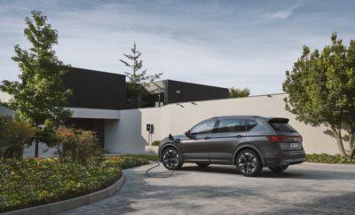 Η SEAT πούλησε 42.100 αυτοκίνητα τον Αύγουστο ξεπερνώντας το ρεκόρ του 2018  Μέχρι και τον Αύγουστο η SEAT έχει σημειώσει 411.600 πωλήσεις, το υψηλότερο voύμερο στην ιστορία της  Αύξηση των πωλήσεων CUPRA κατά 70% μέχρι και τον Αύγουστο  CUPRA Tavascan και SEAT Tarraco PHEV στο επίκεντρο του ενδιαφέροντος στη Φρανκφούρτη Κηφισιά, 06/09/2019. Οι πωλήσεις SEAT συνέχισαν την ανοδική τους πορεία και τον Αύγουστο. Η επίδραση της εφαρμογής του προτύπου WLTP που οδήγησε σε απότομη αύξηση των ταξινομήσεων στην Ευρώπη τον Αύγουστο του 2018, δεν εμπόδισε την επίτευξη ενός νέου μηνιαίου ρεκόρ πωλήσεων φέτος για τη SEAT. Τον Αύγουστο πουλήθηκαν 42.100 αυτοκίνητα, 2% περισσότερα από τον αντίστοιχο μήνα του προηγούμενου έτους (41.200) και 41,6% περισσότερα από τον Αύγουστο του 2017. Ο ετήσιος όγκος πωλήσεων της SEAT ανέρχεται μέχρι και τον Αύγουστο σε 411.600 οχήματα, 7,2% περισσότερα από το αντίστοιχο 8μηνο 2018 και με συνολικά 17.100 περισσότερες πωλήσεις. Με αυτό το αποτέλεσμα που επιτεύχθηκε, η ισπανική αυτοκινητοβιομηχανία ξεπέρασε το ρεκόρ που είχε καταγραφεί την ίδια περίοδο του 2018. Οι πωλήσεις CUPRA* συνέχισαν επίσης την ανοδική τους πορεία και αυξήθηκαν κατά 70,6 από τον Ιανουάριο έως τον Αύγουστο σε συνολικά 17.100 οχήματα. Με 4 ακόμα μήνες πριν το τέλος του έτους, η νέα μάρκα έχει ήδη ξεπεράσει σημαντικά τον αριθμό πωλήσεων που καταγράφηκε για όλο το 2018 (14.400 οχήματα). PRENSA ∙ PREMSA ∙ PRESSE ∙ NEWS ∙ STAMPA ∙ ΔΕΛΤΙΟ ΤΥΠΟΥ Page 2 of 3 Ο SEAT Vice-president for Sales and Marketing και CUPRA CEO, Wayne Griffiths υπογράμμισε ότι «το αποτέλεσμα του Αυγούστου συνεχίζει τον στόχο των επιδόσεων που έχουμε θέσει στην Ευρώπη για το 2019: παρά το δύσκολο περιβάλλον αυξάνουμε τις πωλήσεις μας και κερδίζουμε μερίδιο αγοράς στη διάρκεια του έτους. Πιστεύουμε ότι τα αποτελέσματά μας θα συνεχίσουν να βελτιώνονται και θα διατηρήσουμε αυτήν την ανάπτυξη για το υπόλοιπο έτος» Οι παγκόσμιες πωλήσεις της SEAT αυξήθηκαν από τον Ιανουάριο έως τον Αύγουστο, κυρίως λόγω των θετικών απο