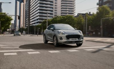 Το 2020,η Ford θα λανσάρει ένα πλήρως ηλεκτρικό SUV εμπνευσμένο από τη Mustang, που θα πλαισιώσει μία ολοκληρωμένη γκάμα ηλεκτροκίνητων μοντέλων. Πρόσφατη έρευνα που πραγματοποιήθηκε για λογαριασμό της Ford* αποκάλυψε ότι οι περισσότεροι άνθρωποι φιλοδοξούν να αποκτήσουν κάποια στιγμή ένα ηλεκτροκίνητο όχημα, με σχεδόν τους μισούς (το 45%) να θεωρούν ότι το μεγαλύτερο όφελος θα είναι η κατάργηση των στάσεων για ανεφοδιασμό στα πρατήρια υγρών καυσίμων. Ωστόσο, το 40% ισχυρίζεται ότι γνωρίζει ελάχιστα για τα ηλεκτρικά οχήματα – κάτι που σημαίνει ότι η μετάβαση από την αντλία ανεφοδιασμού καυσίμου στην ηλεκτρική πρίζα έχει ακόμα πολύ δρόμο. Με αυτό το δεδομένο, δημιουργήθηκε μία εφαρμογή στο νέο All-Electric website της Ford, που επιτρέπει στους χρήστες να καταχωρούν τις συνήθεις καθημερινές διαδρομές τους και να βλέπουν πόσα χιλιόμετρα θα μπορούν να διανύουν ανάμεσα σε δύο φορτίσεις, με εκτιμώμενη αυτονομία τα 600 km.** Δείτε εδώ την εφαρμογή για την Ελλάδα: https://www.ford.gr/shop/explore/hybrid-electric/all-electric Η διαδικτυακή αυτή εφαρμογή αυτή εντάσσεται στη νέα εκστρατεία της Ford που έχει ως σκοπό την εκπαίδευση των καταναλωτών σε θέματα που αφορούν τα ήπια υβριδικά, υβριδικά, plug-in υβριδικά και αμιγώς ηλεκτρικά οχήματα.  Κύρια ευρήματα της έρευνας • Σχεδόν 9 στους 10 (84%) ιδιοκτήτες ή υποψήφιοι αγοραστές υβριδικών και ηλεκτρικών οχημάτων συμφωνούν ότι τα ηλεκτρικά οχήματα είναι απολαυστικά στην οδήγηση • Οι 3 στους 4 καταναλωτές φιλοδοξούν να αποκτήσουν ηλεκτρικό όχημα κάποια μέρα, από τους οποίους το 92% είναι Κινέζοι, το 73% Ευρωπαίοι και το 53% Αμερικανοί • Σχεδόν οι 3 στους 4 (73%) ιδιοκτήτες ή υποψήφιοι αγοραστές υβριδικών και ηλεκτρικών οχημάτων συμφωνούν ότι είναι εύκολη η απόκτηση και λειτουργία ενός ηλεκτρικού οχήματος • Σχεδόν οι 9 στους 10 (87%) πιστεύουν ότι χρειάζεται ειδική πρίζα για τη φόρτιση ενός ηλεκτρικού οχήματος • Η έλλειψη υποδομής φόρτισης (49%), η σύντομη διάρκεια ζωής της μπαταρίας (43%) και η ανάγκη για συχνή φόρτιση (38%) είναι