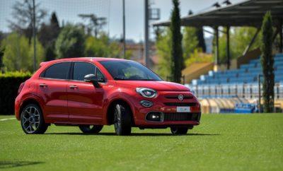 """Δυναμισμός, οδική συμπεριφορά που συναρπάζει και αξεπέραστο Ιταλικό στιλ: το νέο Fiat 500X Sport φέρνει στο προσκήνιο τη σπορ πλευρά του Ιταλικού Crossover. Σχεδιασμένο για όσους αναζητούν ένα ξεχωριστό μοντέλο με δυναμικά χαρακτηριστικά και προηγμένο τεχνολογικό εξοπλισμό, η νέα έκδοση του 500Χ έρχεται να ολοκληρώσει το δημοφιλές μοντέλο, του οποίου η παραγωγή έχει ήδη ξεπεράσει τις 500.000 πωλήσεις. Το εμπορικό λανσάρισμα του νέου Fiat 500Χ Sport στην Ελληνική αγορά θα πραγματοποιηθεί τον προσεχή Νοέμβριο. Η Fiat αποκάλυψε το νέο 500X Sport στο τεχνικό κέντρο, """"Luigi Ridolfi"""", της Ιταλικής Ομοσπονδίας Ποδοσφαίρου στη Φλωρεντία (FIGC). Η επιλογή του μέρους έγινε τόσο για να τιμηθεί η 20χρονη συνεργασία της Fiat με την Ομοσπονδία, αλλά και για να τονιστεί η σχέση του νέου μοντέλου με την ευρύτερη έννοια των σπορ. Ο δυναμισμός, η ακρίβεια, ο έλεγχος, η ευελιξία και οι επιδόσεις είναι στοιχεία που χαρακτηρίζουν το νέο μοντέλο, όπως και τους αθλητές υψηλού επιπέδου. Η νέα έκδοση που προστίθεται στην οικογένεια του 500Χ προσφέρει όλα τα παραπάνω μέσω μια σειράς εκτεταμένων τεχνικών αλλαγών. Εφοδιασμένο με το νέο βενζινοκινητήρα 1.3 Turbo FireFly, απόδοσης 150 ίππων και 270Nm ροπής, το 500Χ Sport αποτελεί την κορυφαία έκφραση της σειράς. Με νέα ανάρτηση, χαμηλότερη απόσταση από το έδαφος, νέα ρύθμιση στο σύστημα διεύθυνσης και τροχούς ελαφρού κράματος 19 ιντσών με ελαστικά υψηλών επιδόσεων το 500Χ Sport είναι το πρώτο σπορ crossover. O κ. Luca Napolitano, Επικεφαλής των Fiat και Abarth για την περιοχή EMEA δήλωσε: «Όπως και η εθνική ομάδα της Ιταλίας, το 500Χ είναι απόλυτα συνδεδεμένο με την Ιταλία. Σχεδιάστηκε και κατασκευάστηκε εδώ, στο εργοστάσιο της FCA στο Melfi, αλλά είναι έτοιμο να παίξει σε όλο τον κόσμο. Μαζί με το θρυλικό 500 έχουν καταφέρει να αποτελούν τα δημοφιλέστερα μοντέλα της Fiat σε διεθνές επίπεδο. Το 500Χ βρίσκεται σταθερά στην πρώτη 10αδα πωλήσεων στην Ευρώπη, ενώ ήδη έχουν κατασκευαστεί περισσότερες από 500.000 μονάδες. Παράλληλα είναι το μοντέλο τη"""