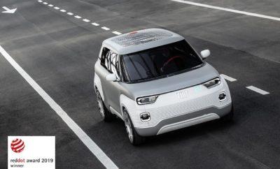 """To επαναστατικό πρωτότυπο Fiat Centoventi που αποτελεί το όραμα της Fiat για μία «δημοκρατική» ηλεκτροκίνηση για όλους, κατέκτησε μία από τα τις σημαντικότερες διακρίσεις στο χώρο του σχεδιασμού, το Red Dot Award 2019. Το Fiat Concept Centoventi κατέκτησε το βραβείο """"Red Dot Award 2019"""" στην κατηγορία Design Concept, μία από τις τρεις κατηγορίες του διάσημου θεσμού. Η βράβευση πραγματοποιήθηκε σε σχετική εκδήλωση στη Marina Bay στη Σιγκαπούρη, ενώ την κριτική επιτροπή αποτελούσε μία ομάδα από 21 κορυφαίους Designers και ακαδημαϊκούς. Ο Olivier François, Πρόεδρος της μάρκας Fiat σε παγκόσμιο επίπεδο δήλωσε: «Είμαι εξαιρετικά περήφανος που κερδίσαμε το Red Dot Award. Αυτή η διάκριση αντανακλά την πρωτοπορία και τη σημασία που έχει το Fiat Concept Centoventi, με αναφορές που ξεπερνούν τα όρια της αυτοκινητοβιομηχανίας. Παράλληλα είναι ακόμα ένα δώρο για τα 120 χρόνια ζωής της μάρκας που γιορτάζουμε φέτος. Το Fiat Concept Centoventi εκφράζει το όραμα της Fiat για μία «δημοκρατική» ηλεκτροκίνηση για όλους που δεν περιορίζεται στο αστικό περιβάλλον και παράλληλα αποτυπώνει τη φιλοσοφία της Fiat """"Less is more"""". Στην πραγματικότητα το Fiat Concept Centoventi μεταμορφώνει το """"Less"""" σε """"More"""": λιγότερο ογκώδες, λιγότερο ακριβό και με λιγότερο βάρος, αλλά με περισσότερες δυνατότητες εξατομίκευσης και περισσότερο φιλικό προς το περιβάλλον, με μία λέξη περισσότερο Fiat». Με μια αντισυμβατική προσέγγιση, το Fiat Concept Centoventi προσεγγίζει το θέμα της ηλεκτροκίνησης με ένα πρωτοποριακό επιχειρηματικό μοντέλο. Το αυτοκίνητο έχει μία βασική δομή και από εκεί και πέρα μπορεί να προσαρμοστεί απόλυτα στις ανάγκες του χρήστη. Τα αξεσουάρ στο εσωτερικό μπορούν να προστεθούν και να αφαιρεθούν πολύ εύκολα, από το ντουλαπάκι και τον πίνακα οργάνων μέχρι τα καθίσματα. Αντίστοιχα η εξωτερική εμφάνιση μπορεί να «ντυθεί» με διαφορετικές επιφάνειες και χρώματα σύμφωνα με τις προτιμήσεις του χρήστη. Η ελευθερία της επιλογής με το Fiat Concept Centoventi προχωρά ένα βήμα παραπέρα χάρη στην πρω"""