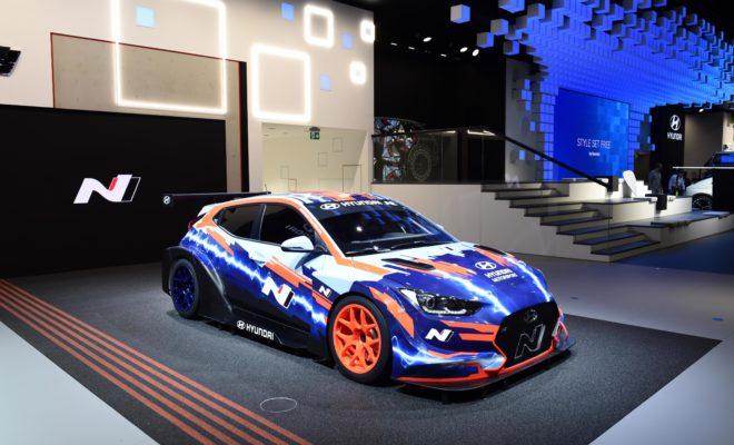 """Η Hyundai Motorsport παρουσίασε το πρώτο ηλεκτρικό αγωνιστικό αυτοκίνητό της στη Διεθνή Έκθεση Αυτοκινήτου (IAA) στη Φρανκφούρτη • Το Veloster N ETCR, σχεδιασμένο και κατασκευασμένο στο Alzenau της Γερμανίας, είναι έτοιμο να αγωνισθεί στο νέο πρωτάθλημα ETCR • Το Veloster N ETCR σηματοδοτεί μια νέα συναρπαστική εποχή για τη Hyundai Motorsport, στην οποία οι αγώνες ηλεκτροκίνητων οχημάτων θα αποτελέσουν έναν από τους πυλώνες της εταιρείας. Η Hyundai Motorsport παρουσίασε το Veloster Ν ETCR, το πρώτο ηλεκτρικό αγωνιστικό αυτοκίνητό της, στα πλαίσια της Διεθνούς Έκθεσης Αυτοκινήτου της Φρανκφούρτης. Βασισμένο στο μοντέλο Veloster N, το νέο αυτοκίνητο έχει σχεδιαστεί ειδικά για το νέο πρωτάθλημα ETCR, το οποίο θα κάνει το ντεμπούτο του το 2020. Το Veloster N ETCR σηματοδοτεί μία συναρπαστική νέα εποχή για την Hyundai Motorsport, όπου οι αγώνες ηλεκτροκίνητων οχημάτων θα αποτελέσουν έναν από τους πυλώνες της εταιρείας. Το όχημα αξιοποιεί την τεχνογνωσία της Hyundai Motorsport και ακολουθεί την επιτυχημένη πορεία των i30 N TCR και Veloster N TCR. Η ανάπτυξη του ETCR αντικατοπτρίζει την ευρύτερη στρατηγική της Hyundai για ανάπτυξη ηλεκτρικών οχημάτων και υπογραμμίζει περαιτέρω τις δυνατότητες υψηλών επιδόσεων της Hyundai Motorsport. Σχεδιασμένο και κατασκευασμένο στο Alzenau της Γερμανίας, το Veloster N ETCR είναι πλήρως ηλεκτρικό, με πίσω κίνηση και mid-mounted κινητήρα, ώστε να συμβαδίζει με τους κανονισμούς του ETCR. Η σχεδίαση του Veloster Ν ETCR ξεκίνησε τον Νοέμβριο του 2018, με την πρώτη σχεδιαστική απόδοση του πρωτοτύπου να ολοκληρώνεται τον Αύγουστο του 2019. Ένα πλήρες πρόγραμμα δοκιμών θα ξεκινήσει αργότερα αυτό το μήνα, υποστηριζόμενο από τους ειδικά εκπαιδευμένους και έμπειρους μηχανικούς της Hyundai Motorsport, με δύο αυτοκίνητα Veloster N ETCR που θα παραχθούν για την πρώτη σεζόν του ETCR. Ο κ. Thomas Schemera Head of Product Division, Executive Vice President του Ομίλου Hyundai Motor, δήλωσε: """"Βιώσαμε ένα ακόμα ιδιαίτερο ορόσημο στην ιστορία της Hyundai Mot"""