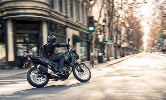 Η ΤΕΟΜΟΤΟ Α.Ε. εφαρμόζει για το φθινόπωρο μια νέα προωθητική ενέργεια για τη γκάμα Kawasaki Versys-X 300, Versys 650 & Versys 1000/SE δίνοντας τη δυνατότητα στους υποψήφιους αγοραστές να αποκτήσουν μία Kawasaki Versys ακόμα πιο εύκολα. Οι νέες προτεινόμενες τιμές λιανικής για τα παραπάνω μοντέλα θα ισχύουν από την Πέμπτη 12 Σεπτεμβρίου 2019 και θα διαρκέσουν έως και την 9η Νοεμβρίου 2019. Οι νέες τιμές διαμορφώνονται όπως φαίνονται στο παρακάτω πίνακα: ΜΟΝΤΕΛΟ ΑΡΧΙΚΗ ΤΙΜΗ ΝΕΑ ΤΙΜΗ ΠΡΟΣΦΟΡΑΣ ΟΦΕΛΟΣ Versys-Χ 300 5.990 € 5.590€ 400 € Versys 650 8.690 € 8.290€ 400 € Versys 1000 14.590 € 13.990€ 600 € Versys 1000 SE 17.990 € 17.390€ 600 € Versys-X 300 Το Versys-X 300 συνδυάζει το εντυπωσιακό στυλ μεγάλης adventure μοτοσυκλέτας με το χαμηλό λειτουργικό κόστος και την ευχρηστία μιας μικρής μοτοσυκλέτας. Με δυνατό, δικύλινδρο κινητήρα (40 PS), οικονομική κατανάλωση και αυτονομία πάνω από 400 χλμ, ακτινωτές ζάντες 19''-17'' και αναρτήσεις μεγάλης διαδρομής, το Versys-X 300 είναι σχεδιασμένο για να καλύψει όλες τις ανάγκες ενός αναβάτη, από την καθημερινή μετακίνηση στην πόλη, μέχρι μακρινά περιπετειώδη ταξίδια και οδήγηση εκτός δρόμου για ανακάλυψη απάτητων μονοπατιών και διαδρομών. Versys 650 Το Versys 650 είναι μια πολυχρηστική μοτοσυκλέτα που δεν κατατάσσεται εύκολα σε μια συγκεκριμένη κατηγορία. Με αναρτήσεις μεγάλης διαδρομής, sport τροχούς 17'', όρθια θέση οδήγησης και έναν δικύλινδρο σε σειρά κινητήρα ρυθμισμένο για μεγαλύτερη απόδοση στο χαμηλό-μεσαίο φάσμα στροφών, το Versys 650 είναι ένας sport μαχητής, ένας σύντροφος για την πόλη και ένας κατακτητής των ορεινών δρόμων στη συσκευασία του ενός. Versys 1000 / SE Το νέο Versys 1000, με πλούσιο εξοπλισμό, state-of-the-art τεχνολογία και συναρπαστικό τετρακύλινδρο σε σειρά κινητήρα, είναι έτοιμο να απαντήσει στο κάλεσμα για περιπέτεια, με οδηγική απόλαυση και ασφάλεια για τον αναβάτη και απαράμιλλη άνεση για τον συνεπιβάτη. Ο επιπλέον εξοπλισμός της έκδοσης SE περιλαμβάνει ηλεκτρονικά ελεγχόμενες αναρτήσεις, quick shift