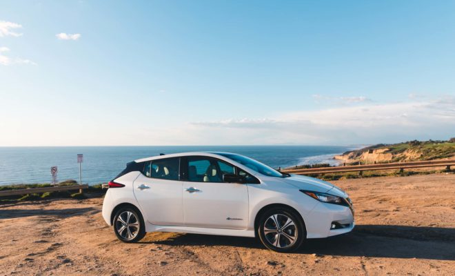 """Η Nissan διευρύνει την απήχηση για το LEAF και τα EVs, με σχετική ετήσια χορηγία Η Nissan υποστηρίζει την εκπαίδευση των καταναλωτών στην κατηγορία των ηλεκτροκίνητων οχημάτων, ως αποκλειστικός αυτοκινητικός χορηγός στην National Drive Electric Week (NDEW) των Η.Π.Α, για όγδοη συνεχή χρονιά. Το συγκεκριμένο πρόγραμμα που θα πραγματοποιηθεί την εβδομάδα 14-22 Σεπτεμβρίου, περιλαμβάνει περισσότερες από 300 εκδηλώσεις, σε εθνικό επίπεδο, που παρουσιάζονται από το Plug In America, το Sierra Club και το Electric Auto Association. """"Ως παγκόσμιος ηγέτης στα EVs, προσπαθούμε να βοηθήσουμε τους καταναλωτές να κατανοήσουν τα οφέλη των ηλεκτροκίνητων αυτοκινήτων"""", δήλωσε ο Aditya Jairaj, διευθυντής πωλήσεων και μάρκετινγκ EV, της Nissan North America. """"Χρόνο με το χρόνο, φέρνουμε σε επαφή χιλιάδες καταναλωτές με τις εκδηλώσεις της National Drive Electric Week, επιδεικνύοντας τα πλεονεκτήματα της οδήγησης και της κατοχής ενός EV."""" """"Διανύοντας"""" μια δεκαετή παρουσία, ο θεσμός του NDEW συγκεντρώνει χιλιάδες οδηγούς EV και οπαδούς της ηλεκτροκίνησης, σε τοπικές εκδηλώσεις, σε ολόκληρη τη χώρα. Με test drives, συνεντεύξεις Τύπου και λοιπά δρώμενα για τα EVs, ο συγκεκριμένος θεσμός προάγει τον ενθουσιασμό για τα ηλεκτροκίνητα οχήματα. To Nissan LEAF, τροφοδοτεί τη βιώσιμη κινητικότητα και υποστηρίζει τις εκδηλώσεις στους εγγεγραμμένους οργανισμούς του NDEW, σε εθνικό επίπεδο, όντας στο επίκεντρο των εκδηλώσεων. Αξίζει να σημειωθεί ότι η Nissan θα δωρίσει ένα LEAF στο Plug In America για να το εντάξει στον στόλο του και για να το χρησιμοποιήσει σε συναφείς εκδηλώσεις, σε όλες τις Η.Π.Α. Το Nissan LEAF, διαθέτει πλήθος νέων, καινοτόμων τεχνολογιών, όπως το Nissan ProPILOT, το ProPILOT Park και το e-Pedal, τα οποία αποδεικνύονται ιδιαίτερα δημοφιλή στους αγοραστές του. Το αμιγώς ηλεκτροκίνητο μοντέλο έχει κερδίσει πολλά βραβεία για την πρωτοποριακή τεχνολογία και τις επιδόσεις του. Μόλις πρόσφατα, το Nissan LEAF απέσπασε πέντε αστέρια από το Green New Car Assessment Program, τη νέα πρωτ"""
