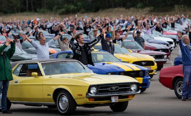 • Ιδιοκτήτες του εμβληματικού σπορ μοντέλου της Ford από όλη την Ευρώπη συνέβαλαν ώστε η εταιρεία να πετύχει στο Lommel Proving Ground στο Βέλγιο νέο παγκόσμιο ρεκόρ για το μεγαλύτερο κονβόι με οχήματα Mustang • H φετινή παρέλαση των 1.326 Mustang κατέρριψε το προηγούμενο ρεκόρ των 960 οχημάτων, το οποίο καταγράφηκε το Δεκέμβριο του 2017 στην πόλη Toluca του Μεξικού • Η Ford Mustang, το δημοφιλέστερο σπορ κουπέ μοντέλο στον κόσμο, σημείωσε στην Ευρώπη το πρώτο εξάμηνο του 2019 πωλήσεις 5.500 οχημάτων, επίδοση αυξημένη κατά 3,7% σε σύγκριση με την αντίστοιχη περσινή Εκπρόσωποι όλων των γενιών - από το 1964, όταν και λανσαρίστηκε για πρώτη φορά το θρυλικό μοντέλο της εταιρείας, μέχρι και σήμερα – συγκεντρώθηκαν στις 7 Σεπτεμβρίου στις εγκαταστάσεις του Lommel Proving Ground της Ford καταγράφοντας νέο παγκόσμιο ρεκόρ για τη μεγαλύτερη παρέλαση με οχήματα Mustang. Το προηγούμενο ρεκόρ συνάντησης 960 Mustang καταγράφηκε στην πόλη Toluca του Μεξικού στις 3 Δεκεμβρίου του 2017. Φέτος, 1.326 Mustang από όλη την Ευρώπη συγκεντρώθηκαν στις εγκαταστάσεις της πίστας δοκιμών της Ford στο Βέλγιο, αποτίοντας φόρο τιμής στο εμβληματικό της μοντέλο. Για την καταγραφή του νέου ρεκόρ, το κονβόι των αυτοκινήτων κινήθηκε απρόσκοπτα διατηρώντας μια απόσταση ανά όχημα όχι μεγαλύτερη των 20 μέτρων, ενώ στη συνεχεία οχήματα και οδηγοί συμμετείχαν σε μία ειδική «χορογραφία» για να γιορτάσουν την 55η επέτειο της θρυλικής Mustang. Παρακολουθήστε εδώ το βίντεο της ημέρας, η οποία είχε ως attraction την πτήση πάνω από τις εγκαταστάσεις του Lommel Proving Ground του μαχητικού αεροσκάφους P51 Mustang που χάρισε το όνομά του στο σπορ μοντέλο της Ford. Αυτή τη στιγμή στο Βέλγιο πωλούνται περισσότερες Mustang ανά κάτοικο από οποιαδήποτε άλλη χώρα της Ευρώπης - γι' αυτό και το Lommel Proving Ground της Ford ήταν η τέλεια επιλογή για να υποστηρίξει την προσπάθεια της εταιρείας να καταρρίψει ένα ακόμα ρεκόρ. Η Mustang ήταν το παγκόσμιο best-seller μοντέλο στην κατηγορία σπορ κουπέ αυτοκινήτων για τέταρτ