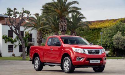 """Το Nissan ΝAVARA, είναι διαθέσιμο με μια σειρά από αναβαθμισμένες τεχνολογίες, σε συνδυασμό με την κορυφαία πανευρωπαϊκή εγγύηση των πέντε ετών / 160.000 χλμ. Οι επαγγελματίες θα απολαύσουν τη βελτιωμένη απόδοση του NAVARA, τόσο στη δουλειά, όσο και στην αναψυχή τους, χάρη στο ολοκαίνουργιο εξατάχυτο μηχανικό κιβώτιο του κορυφαίου pick-up. Η αναβαθμισμένη ανάρτηση προσφέρει ακόμα καλύτερη κύλιση, βελτιώνοντας περαιτέρω τον χειρισμό του οχήματος και την άνεση των επιβατών, ενώ τα στάνταρ εμπρός και πίσω δισκόφρενα, ανεβάζουν τον πήχη και στον τομέα της πέδησης. Η αναθεωρημένη ανάρτηση σημαίνει ότι το NAVARA μπορεί πλέον να μεταφέρει και βαρύτερα ωφέλιμα φορτία , ενώ χάρη στην τεχνολογία Intelligent Trailer Sway Assist, η ρυμούλκηση δεν ήταν ποτέ τόσο ασφαλής. """"Αυτή η νέα γενιά του Navara, αναπτύχθηκε από την εμπειρία 80 ετών της Nissan στον σχεδιασμό ανθεκτικών και πρακτικών pick-up και αποτελεί ένα συναρπαστικό, νέο βήμα για αυτό το όχημα"""", δήλωσε ο Paolo D'Ettore, Διευθυντής Επιχειρηματικής Μονάδας LCV. """"Με τις ικανότητές του Go Anywhere και τη βραβευμένη μηχανική, το NAVARA θα διατηρήσει αναμφισβήτητα την ηγετική θέση του στα LCV της Nissan, σε μεγάλο βαθμό, στο μέλλον."""" Ο αποδοτικότερος κινητήρας έχει οικονομία καυσίμου έως 6,9 λίτρα ανά 100 χιλιόμετρα (συνδυασμένος κύκλος NEDC) και οι εκπομπές ξεκινούν από 182 γραμμάρια CO2 ανά χιλιόμετρο. Ως το πλέον ευπροσάρμοστο εργαλείο δουλειάς, ο κινητήρας twin-turbo του NAVARA διατίθεται με δύο επιλογές ισχύος, που προσφέρουν 163PS / 120kW και 190PS / 140kW αντίστοιχα. Μάλιστα στην πρώτη επιλογή, ο κινητήρας διαθέτει επιπλέον 22Nm ροπής, φτάνοντας στα 425Nm, χάρη στην αλλαγή από μονό σε διπλό turbo. Τον κινητήρα χαρακτηρίζουν τα ατσάλινα έμβολα με επίστρωση DLC (Diamond-Like Carbon Coating) στα δαχτυλίδια τους, καθώς και η χαμηλότερη αναλογία συμπίεσης 15,1 (έναντι 15,4 προηγουμένως). Η πίεση του συστήματος ψεκασμού καυσίμου αυξήθηκε από 2.000 σε 2.200 bar με νέα αντλία, για μεγαλύτερη ακρίβεια και απόδοση. Το σύστημα ψύξ"""