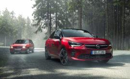 """Στον απόηχο των '80s: το απόλυτο σπορ Corsa συναντά τον πρόγονό του σε ένα βίντεο ρετρό Εγγυημένη οδηγική απόλαυση: ξεκίνησαν οι παραγγελίες για τον αθλητή της νέας γενιάς Corsa Στο επίκεντρο του ενδιαφέροντος: το νέο Opel Corsa GS Line κάνει ντεμπούτο στο Σαλόνι Αυτοκινήτου της Φρανκφούρτης Μακρά παράδοση: τα διακριτικά 'GS' και 'GSi' αποτελούν διαπιστευτήρια σπορ οδήγησης στην Opel Το Opel Corsa GS Line κάνει την πρεμιέρα του στο Σαλόνι Αυτοκινήτου της Φρανκφούρτης (μέχρι τις 22 Σεπτεμβρίου). Ο διάσημος πρόγονός του, το θρυλικό Opel Corsa A GSi, έκανε επίσης το ντεμπούτο του στο IAA – ακριβώς πριν από 32 χρόνια. Η πρώτη γενιά του σπορ μικρού μοντέλου δεν έχει χάσει τίποτε από τη γοητεία της εποχής εκείνης, Το νέο Corsa GS Line και ο πρόγονός του Corsa A GSi – το τέλειο δίδυμο οδηγικής απόλαυσης. 'Grand Sport injection': Πάθος σε τέσσερις τροχούς Το GSi – συντομογραφία του """"Grand Sport injection"""" (προηγουμένως GT/E) για την Opel, αποτελεί 'διακριτικό' των απόλυτων σπορ μοντέλων με το έμβλημα του κεραυνού από τη δεκαετία των '80s και σημαίνει γνήσιο πάθος. Μετά τα Kadett E GSi και Manta GSi, εμφανίστηκε το 1988 ο αθλητής της μικρής κατηγορίας, το Opel Corsa GSi. Ένα αυτοκίνητο δυναμικό σαν μοτοσικλέτα: με εξαιρετικά συμπαγείς διαστάσεις, βάρος 820 kg, διογκωμένα τόξα θόλων τροχών, σπορ καθίσματα, 100hp και τελική ταχύτητα 188km/h. Φιλοδοξία της Opel ήταν ανέκαθεν να κάνει τις καινοτομίες και τις οδηγικές συγκινήσεις προσιτές σε όλους – και ο κατασκευαστής παραμένει πιστός σε αυτή τη δέσμευση στο πέρασμα των δεκαετιών. Το καλύτερο παράδειγμα είναι ο απόγονος του Corsa A GSi – το νέο Corsa GS Line. Η προέλευση των γονιδίων του νέου αυτοκινήτου είναι εμφανής με την πρώτη ματιά. Όπως το GSi των 1980s, το νέο Corsa GS Line είναι βαμμένο σε chili-red με μαύρη οροφή, και δεν αφήνει καμία αμφιβολία για το σπορ χαρακτήρα του. Συνάντηση γενεών: Corsa A και νέο Corsa GS Line για τους θιασώτες της σπορ οδήγησης Η έκτη γενιά Corsa έχει σχεδιαστεί με γνώμονα την απόδοση, μέχρι τη"""