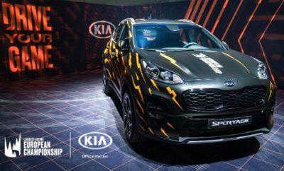 """Η Kia Motors Corporation χορήγησε για πρώτη φορά τους τελικούς του Ευρωπαϊκού Πρωταθλήματος League of Legends 2019, που διοργανώθηκαν στην Αθήνα, παρουσιάζοντας τα δημοφιλή της οχήματα και αποκαλύπτοντας διαφημίσεις που έχουν στόχο να κερδίσουν τις καρδιές εκατομμυρίων ευρωπαίων οπαδών των ηλεκτρονικών αθλημάτων. Ως επίσημος εταίρος του ευρωπαϊκού πρωταθλήματος League of Legends (LEC) στο Ολυμπιακό Αθλητικό Κέντρο Αθηνών από τις 7 έως 8 Σεπτεμβρίου, η Kia Motors παρουσίασε τα ολοκαίνουργια μοντέλα Ceed και Sportage καθώς και τα βίντεο """"Driving Your Game - Kia-LEC"""" και """"The Perfect Intro - Η τέλεια εισαγωγή"""". """"Μέσω του συνεργατικού μας μάρκετινγκ με το LEC, το οποίο διαθέτει τον πιο καινοτόμο ανταγωνισμό μεταξύ των διαφόρων πρωταθλημάτων σε όλο τον κόσμο, η Kia Motors μπόρεσε να προσεγγίσει τις νεότερες γενιές και να έρθει με φυσικό τρόπο κοντά τους"""", δήλωσε ο Artur Martins, Αντιπρόεδρος και Διευθυντής Marketing της Kia Motors. """"Η Kia Motors εκφράζει τη βαθιά της εκτίμηση για το διοργανωτή του τουρνουά, την εταιρεία εξέλιξης παιχνιδιών Riot Games, για την σταθερή υποστήριξή της καθ' όλη τη διάρκεια του 2019 κι ελπίζουμε να συνεχίσουμε την εξαίρετη συνεργασία μας"""". Τα δύο διαφημιστικά βίντεο, που είναι διαθέσιμα και στο YouTube, προβάλλονταν από την κεντρική οθόνη του σταδίου. Το """"Driving Your Game"""" παρουσιάζει το Kia Stinger, το ολοκαίνουργιο e-Niro και τα νέα Kia Sportage, Ceed και Stonic. Το """"The Perfect Intro"""" - που δημιουργήθηκε ως η επίσημη ταινία του τέλους της σεζόν για το LEC - παρουσιάζει το Kia Stinger και διανέμεται μέσα από διάφορα κανάλια κοινωνικών μέσων. Τα Ceed και Sportage – και τα δύο στα επίσημα χρώματα και γραφικά του LEC – εμφανίζονταν δίπλα στο ραδιοφωνικό booth. Ο αριθμός των οπαδών των esports παγκοσμίως εκτιμάται ότι θα φτάσει τα 422 εκατομμύρια άτομα το 2019, από 281 εκατομμύρια το 2016, και αναμένεται να ξεπεράσει τα 600 εκατομμύρια μέχρι το 2023. Παρόλο που οι οργανωμένοι διαγωνισμοί online και offline αποτελούν από καιρό μέρος της βιομηχα"""