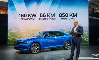 • Η SKODA περνάει στην εποχή της ηλεκτροκίνησης με τα CITIGOe iV και SUPERB iV, δίνοντας τους περίοπτη θέση στο περίπτερό της στην 68η Διεθνή Έκθεση Αυτοκινήτου της Φρανκφούρτης (IAA 2019) • Τα ολοκαίνουργια SCALA και KAMIQ παρουσιάζονται σε εκδόσεις MONTE CARLO με εμφανείς τις σπορ πινελιές • Το φυσικό αέριο έχει την τιμητική του με εκδόσεις G-TEC διαφόρων μοντέλων της SKODA Η SKODA παρουσιάζει στην 68η Διεθνή Έκθεση Αυτοκινήτου της Φρανκφούρτης (IAA 2019) ηλεκτρικές και plug-in υβριδικές εκδόσεις μοντέλων της, δίνοντας μία πρόγευση από το εξηλεκτρισμένο μέλλον της μάρκας. Κυρίαρχη θέση στο περίπτερο κατέχουν τα νέα SKODA CITIGOe iV και SKODA SUPERB iV, με την ένδειξη iV να υποδηλώνει την αφοσίωση της SKODA στη σφαιρική προσέγγιση της ηλεκτροκίνησης και τη σαφή πρόθεσή της να την καταστήσει προσιτή στον καθένα, πιστή στις παραδοσιακές αξίες της μάρκας. Και ενώ τα δύο ηλεκτρικά/υβριδικά μοντέλα απέχουν μόλις λίγες εβδομάδες από την έναρξη της παραγωγής τους, οι εκδόσεις MONTE CARLO των ολοκαίνουργιων SCALA και KAMIQ έχουν αντίστοιχα εμφατική παρουσία στο περίπτερο της SKODA, υπογραμμίζοντας με τον πιο εντυπωσιακό τρόπο τη σπορ παράδοση της μάρκας. Με έντονες σπορ πινελιές δίνουν υπόσχεση για αρκετές συγκινήσεις και απολαυστικές διαδρομές σε όσους επιλέξουν είτε το νέο πεντάθυρο μικρομεσαίο χάτσμπακ είτε το compact SUV που μόλις λανσαρίστηκε. Τέλος, το περίπτερο της SKODA φιλοξενεί και G-TEC εκδόσεις διαφόρων μοντέλων της μάρκας. Με τον όρο αυτό περιγράφονται στη SKODA τα μοντέλα που χρησιμοποιούν το φυσικό αέριο ως καύσιμο, προφέροντας πολύ οικονομική οδήγηση χωρίς κανένα συμβιβασμό στην οδηγική απόλαυση ή την πρακτικότητα.