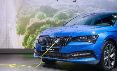 """• Ξεκίνησε η παραγωγή του πρώτου ηλεκτρικού μοντέλου στην ιστορία της SKODA, του plug-in υβριδικού SUPERB iV • Το πρώτο αυτοκίνητο βγήκε από τη γραμμή παραγωγής του εργοστασίου στο Kvasiny, σήμερα το πρωί • Επένδυση 12 εκατομμυρίων ευρώ επιτρέπει την παραγωγή βενζινοκίνητων, πετρελαιοκίνητων και ηλεκτρικών μοντέλων σε μία κοινή γραμμή παραγωγής • Με στόχο τη βελτιστοποίηση της παραγωγικής διαδικασίας του νέου μοντέλου, η SKODA υλοποίησε στο εργοστάσιο του Kvasiny και τη """"dProduction"""", μία καινοτόμο, βραβευμένη ψηφιακή διαδικασία παραγωγής που εγγυάται εύρυθμη hi-tech λειτουργία, κορυφαίο ποιοτικό έλεγχο και εξοικονόμηση φυσικών πόρων Ιστορική μέρα για τη SKODA καθώς πριν λίγες ώρες το πρώτο SUPERB iV κύλησε από τη γραμμή παραγωγής στο εργοστάσιο του Kvasiny, στα τσεχογερμανικά σύνορα. Το ολοκαίνουργιο plug-in υβριδικό μοντέλο, το πρώτο ηλεκτροκίνητο μοντέλο παραγωγής στην ιστορία της μάρκας, είναι ο καρπός μίας επένδυσης περίπου 12 εκατομμυρίων ευρώ, προκειμένου το εργοστάσιο που παράγει τα βενζινοκίνητα και πετρελαιοκίνητα SUPERB να υποστηρίξει και ηλεκτρικές εκδόσεις. Η επένδυση αυτή επιτρέπει στο SUPERB iV plug-in hybrid να κατασκευάζεται στην ίδια γραμμή παραγωγής με τα μοντέλα που διαθέτουν συμβατικό κινητήρα, παρότι διαθέτει διαφορετικό δάπεδο. Παράλληλα με αυτή την επένδυση, η SKODA AUTO δημιούργησε ένα ειδικό κέντρο εκπαίδευσης στην κατασκευή ηλεκτρικών οχημάτων, από το οποίο έχουν αποφοιτήσει ήδη περίπου 5.500 από τους συνολικά 9.000 εργαζόμενους του εργοστασίου. Ταυτόχρονα, η έναρξη παραγωγής του SUPERB iV στο Kvasiny συμπίπτει και με την υλοποίηση από τη SKODA μίας ολοκαίνουργιας, ψηφιακής διαδικασίας παραγωγής που κόστισε – μόνο αυτή – 1,2 εκατομμύρια ευρώ. Πρόκειται για την """"dProduction"""", μία hi-tech διαδικασία που συνδυάζει ψηφιακές λειτουργίες, οθόνες αφής και συστήματα πολυμέσων, κάνοντας καταμερισμό εργασιών σε ιδανικό χρόνο, αναγνωρίζοντας τον κάθε εργαζόμενο με βάση την ψηφιακή του ταυτότητα. Με τον τρόπο αυτό διασφαλίζεται εύρυθμη λειτουργία με μ"""