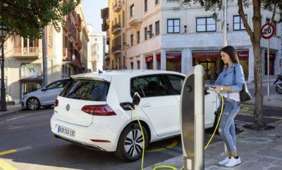 • Η Kosmocar συμμετέχει στην 84η Διεθνή Έκθεση Θεσσαλονίκης με ένα περίπτερο αφιερωμένο στην ηλεκτροκίνηση • Volkswagen e-Golf και e-up! καθώς και το Audi e-tron κοσμούν το περίπτερο της εταιρείας Η Kosmocar συμμετέχει στην 84η Διεθνή Έκθεση Θεσσαλονίκης με ένα περίπτερο αποκλειστικά αφιερωμένο στην ηλεκτροκίνηση. Το παρών στην ετήσια γιορτή επιχειρηματικότητας, καινοτομίας και πολιτισμού δίνουν μοντέλα τόσο της Volkswagen όσο και της Audi, με την Kosmocar να προβάλλει την πρωτοπορία του Volkswagen Group και στη νέα εποχή της αυτοκίνησης. Λίγες μόλις ημέρες πριν την επίσημη πρεμιέρα του ID.3, του επαναστατικού ηλεκτρικού μοντέλου της Volkswagen που έχει ήδη 30.000 προπαραγγελίες πριν καν αποκαλυφθεί, οι επισκέπτες της Δ.Ε.Θ. θα έχουν την ευκαιρία να δουν από κοντά το e-Golf. Με αυτονομία σχεδόν 300 χλμ., το e-Golf προσφέρει όλα τα χαρακτηριστικά που έχουν καταστήσει το Golf ίσως το πιο αγαπητό μοντέλο στην ιστορία της αυτοκίνησης, συνδυάζοντάς τα με πρακτικότητα στην καθημερινή χρήση και «πράσινο» περιβαλλοντικό αποτύπωμα. Αντίστοιχου οικολογικού χαρακτήρα και το επίσης ηλεκτρικό e-up! με αυτονομία πλέον σχεδόν 260 χιλιομέτρων, που αποτελεί ιδανικό όχημα όχι μόνο για τις σημερινές πολύβουες μεγαλουπόλεις αλλά και για κοντινές αποδράσεις και το οποίο επίσης θα έχουν την ευκαιρία να δουν από κοντά οι επισκέπτες της Έκθεσης. Το περίπτερο της Kosmocar φιλοξενεί και το Audi e-tron, ένα ηλεκτρικό SUV που προσφέρει όχι μόνο το πρεστίζ αλλά και την ευρυχωρία και την άνεση που χαρακτηρίζει όλα τα μοντέλα της μάρκας. To πρώτο αμιγώς ηλεκτρικό μοντέλο της Audi, με άνετους χώρους για πέντε επιβάτες και τις αποσκευές τους, συνδυάζει τον premium χαρακτήρα και τις σπορ επιδόσεις με καθαρό περιβαλλοντικό αποτύπωμα. Η μεγάλη μπαταρία υψηλής τάσης εξασφαλίζει αυτονομία που ξεπερνά τα 400 χιλιόμετρα (κατά WLTP), καθιστώντας το e-tron ένα μοντέλο ιδανικό για κάθε περίσταση. Η 84η Διεθνής Έκθεση Θεσσαλονίκης διοργανώνεται από τη HELEXPO και φιλοξενείται στο γνώριμο εκθεσιακό χώρο κοντά 