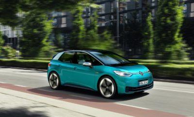 • Παγκόσμια πρεμιέρα: Με το ID.3, η Volkswagen παρουσιάζει το πρώτο της ηλεκτρικό αυτοκίνητο βασισμένο στο μεταβλητό πλαίσιο MEB • Μεγάλη αυτονομία: κλιμακωτό σύστημα μπαταριών προσφέρει αυτονομία μέχρι 550 χιλιόμετρα • Γρήγορη φόρτιση: επαναφόρτιση για αυτονομία περίπου 290 χιλιομέτρων (WLTP) σε μόλις 30 λεπτά με φόρτιση ισχύος 100 kW • Ηλεκτροκίνηση για όλους: η βασική έκδοση του ID.3 τιμάται κάτω από τις €30.000 στη Γερμανία • Βιώσιμη κινητικότητα: μπαταρίες, αλυσίδα εφοδιασμού, παραγωγή – το ID.3 προσφέρεται στους πελάτες ως το πρώτο προϊόν της Volkswagen με ουδέτερο ισοζύγιο CO2 • Σχεδιασμός ενός εξηλεκτρισμένου μέλλοντος: το τέλειο σχήμα και η δυναμική αισθητική φέρνουν νέα δεδομένα στην κατηγορία των compact αυτοκινήτων • Επαναστατικό εσωτερικό: ο σχεδιασμός Open Space του ID.3 προσφέρει περισσότερο χώρο από οποιοδήποτε άλλο όχημα στην κατηγορία του και θέτει νέα πρότυπα • Διαισθητική λειτουργία: πιο εύκολη προσαρμογή από ποτέ - ο οδηγός αναγνωρίζει και βρίσκει αμέσως αυτό που αναζητά • Εξαιρετική απόδοση: το πλαίσιο MEB εγγυάται την ιδανική κατανομή βάρους και το δυναμικό χειρισμό του αυτοκινήτου χάρη και στην πίσω κίνηση • Μέγιστη ασφάλεια: τα πάμπολλα συστήματα υποβοήθησης εξασφαλίζουν μέγιστη ασφάλεια και ευκολία • Νέα εποχή μετά τα Beetle και Golf: με το ID.3 η Volkswagen περνά στην εποχή της κινητικότητας δίχως εκπομπές CO2 Η Volkswagen και οι πελάτες της περνούν στη νέα - φιλική προς το περιβάλλον - εποχή κινητικότητας με την επίσημη πρεμιέρα του πλήρως ηλεκτροκίνητου ID.3 στην 68η Διεθνή Έκθεση Αυτοκινήτου της Φρανκφούρτης (IAA 2019). Το πρώτο από τη σειρά μοντέλων με μεταβλητό πλαίσιο MEB για ηλεκτρικά οχήματα, έχει ουδέτερο ισοζύγιο CO2 και εντυπωσιάζει με τα συναρπαστικά δυναμικά χαρακτηριστικά του. Είναι πλήρως διασυνδεμένο και στην ειδική για το λανσάρισμα έκδοση ID.3 1ST προσφέρει αυτονομία έως και 420 χιλιομέτρων (WLTP) σε τρεις αρχικά εκδόσεις εξοπλισμού. Όλα τα μοντέλα ID.3 1ST διαθέτουν τη δημοφιλέστερη έκδοση μπαταρίας με ενεργειακή χωρητικ