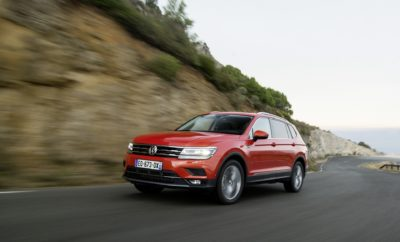 • Έναρξη διάθεσης του Volkswagen Tiguan Allspace στην Ελλάδα • Με αυξημένο κατά 21,5 εκατοστά μήκος σε σχέση με το Tiguan και στάνταρ 3η σειρά καθισμάτων, προσφέρει μεγαλύτερη ευρυχωρία και φιλοξενεί με άνεση επτά επιβάτες • Διατίθεται σε δύο κινητήρες βενζίνης και δύο πετρελαίου, με το αυτόματο κιβώτιο ταχυτήτων DSG να ανήκει στο βασικό εξοπλισμό • Παράλληλα, διαθέτει όλες τις παραδοσιακές αξίες και χαρακτηριστικά που έχουν καταστήσει το Tiguan ένα από τα μεγαλύτερα best-sellers στην Ευρώπη • Διαθέσιμο άμεσα για παραγγελία με προτεινόμενη τιμή λιανικής από 34.910 € To Tiguan είναι ένα από τα παγκόσμια best-sellers της Volkswagen, με το μοντέλο της γερμανικής μάρκας να κλείνει το 2018 στο Top-10 των δημοφιλέστερων μοντέλων στην Ευρώπη, ακολουθώντας το ίδιο σταθερά πετυχημένη πορεία και στο πρώτο μισό του 2019. Αποτελεί σημείο αναφοράς στην κατηγορία των μεσαίων SUV και στην Ελλάδα, τόσο σε επίπεδο τεχνολογίας κινητήρων, συστημάτων infotainment και συνδεσιμότητας, όσο και για τα συστήματα υποβοήθησης οδηγού και φυσικά, για το ιδιαίτερο και ελκυστικό του design που του χαρίζει μία στιβαρή και συνάμα κομψή παρουσία στο δρόμο. Πλέον, οι επιλογές των καταναλωτών και στη χώρα μας διευρύνονται σημαντικά, με την έναρξη διάθεσης του Tiguan Allspace, μιας έκδοσης του μοντέλου με μεγαλύτερες διαστάσεις, που προσφέρει όλες τις παραδοσιακές του αξίες σε συνδυασμό με αυξημένη ευρυχωρία, έξυπνη διαρρύθμιση και δυνατότητα φιλοξενίας επτά επιβατών! Η ειδοποιός διαφορά του Tiguan Allspace σε σχέση με το «απλό» Tiguan είναι οι μεγαλύτερες διαστάσεις. Το αυξημένο κατά 21,5cm μήκος του Tiguan Allspace προσφέρει τη δυνατότητα είτε για μεγαλύτερο χώρο αποσκευών είτε για μία 3η σειρά καθισμάτων - η οποία ανήκει στο βασικό εξοπλισμό - που μπορεί να φιλοξενήσει με άνεση δύο επιπλέον επιβάτες. Αξίζει να σημειωθεί ότι τα δύο επιπλέον καθίσματα της 3ης σειράς μπορούν να αναδιπλωθούν μεμονωμένα και να δώσουν την δυνατότητα τοποθέτησης αντικειμένων μεγάλου μήκους. Το Tiguan Allspace προσφέρει εντ