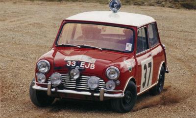 Το αρχέτυπο μοντέλο της πολυτελούς κατηγορίας μικρών οχημάτων γιόρτασε τα 60α του γενέθλια – αποπνέοντας μία ακαταμάχητα νεανική αύρα. Πριν από εξήντα χρόνια, για να ακριβολογούμε στις 26 Αυγούστου 1959, η British Motor Corporation (BMC) αποκάλυψε με υπερηφάνεια το αποτέλεσμα των δημιουργικών προσπαθειών της για ένα νέο, επαναστατικό compact αυτοκίνητο. Και πραγματικά, από την πρώτη στιγμή, το κοινό βρέθηκε έκπληκτο μπροστά σε, ούτε λίγο ούτε πολύ, δύο νέα μοντέλα: Το Morris Mini-Minor και το Austin Seven. Αυτή η διπλή πρεμιέρα των σχεδόν ίδιων τετραθέσιων οφειλόταν βεβαίως στην ευρεία γκάμα εμπορικών σημάτων της BMC στην αγορά, αλλά παράλληλα ήταν ιδιαίτερα συμβολικής σημασίας. Άφθονοι χώροι στο εσωτερικό με ελάχιστο εξωτερικό αποτύπωμα, καθίσματα για τέσσερις επιβάτες, άψογα οδηγικά χαρακτηριστικά, ανώτερη οικονομία καυσίμου, και μία πολύ προσιτή τιμή – ακριβώς αυτές ήταν οι οδηγίες που έλαβε ο δημιουργός του Mini, μηχανικός και σχεδιαστής αυτοκινήτων Άλεκ Ισηγόνης, από τους ιθύνοντες της BMC. Και οι ευφυείς ιδέες που εφάρμοσε στην εξέλιξη αυτού του δίθυρου οχήματος για μία τετραμελή οικογένεια επηρέασαν όχι μόνο την πρώτη αλλά και τις επόμενες εκδόσεις του μοντέλου. Γι' αυτό ακριβώς το λόγο τα Mini Van και Mini Station εμφανίζονταν επίσης στην αγορά την πρώτη χρονιά παραγωγής του κλασικού Mini. Και από την 'αναγέννηση' της μάρκας με το λανσάρισμα του MINI το 2001, η αρχή που ήδη εφαρμοζόταν με επιτυχία πριν από εξήντα χρόνια απέδειξε για μία ακόμα φορά όλη την αξία της: μία προηγμένη φιλοσοφία είναι πάντα πειστική σε πολλές διαφορικές εκδόσεις και εκδοχές. Σήμερα, εξακολουθεί να εφαρμόζεται για τα μικρά 3-θυρα & 5-θυρα MINI και MINI Cabrio, για τα MINI Clubman και MINI Countryman στην πολυτελή compact κατηγορία, και σύντομα για το πλήρως ηλεκτρικό MINI Cooper SE. Το καθένα αποδεικνύει τη δική του δύναμη και το μοναδικό χαρακτήρα του, ενώ εσωτερικά είναι ένα και το αυτό αυτοκίνητο: ένα MINI. Από την πρώτη στιγμή, οι πρώτες μπροσούρες πωλήσεων που παρουσίαζαν περήφ