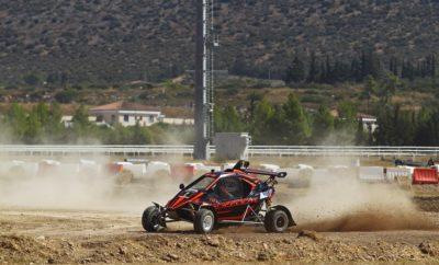 Σε αγωνιστικούς ρυθμούς επέστρεψε το ΕΚΟ Racing Dirt Games, με τοMarkopoulo Park να φιλοξενεί τον 3ο γύρο του θεσμού για το 2019. Μετά από ένα διάλειμμα μερικών μηνών για τις απαραίτητες καλοκαιρινές διακοπές, άνθρωποι και μηχανές βρέθηκαν σήμερα στην χωμάτινη διαδρομή των 1,1 χιλιομέτρων στον Ιππόδρομο, δίνοντας τη δική τους μάχη σώμα με σώμα! Μετά τον αγώνα ατομικής χρονομέτρησης στο Διαδρόμιο, οι οδηγοί αγωνίστηκαν σύμφωνα με τους κανονισμούς Rallycross. Έτσι, σήμερα πραγματοποιήθηκαν οι τέσσερις προκριματικοί γύροι από τους οποίους προέκυψαν οι δώδεκα ταχύτεροι συνδυασμοί που θα διαγωνιστούν στους δύο αυριανούς ημιτελικούς. Οι συνθήκες αποδείχθηκαν ιδανικές, αφού τόσο ο καλός καιρός, όσο και η εξαιρετική κατάσταση της διαδρομής, συνέβαλαν στο να μείνουν απόλυτα ικανοποιημένοι οι οδηγοί, αλλά και οι θεατές που βρέθηκαν στην πίστα. Όπως έχουμε συνηθίσει σε όλους τους αγώνες του ΕΚΟ Racing Dirt Games, έτσι και στο Μαρκόπουλο ο συναγωνισμός ήταν έντονος, με τις μάχες να κρίνονται στις λεπτομέρειες. Στην κατηγορία των 600 κ.εκ. τρεις οδηγοί ξεχώρισαν με τις επιδόσεις του, καταφέρνοντας να σημειώσουν από τρεις νίκες και μία δεύτερη θέση στα σημερινά προκριματικά. Ο Γιώργος Ζυμαρίδης (LaBase Team Greece) με το La Base RX-01 δείχνει να βρίσκεται σε πολύ κατάσταση, έχοντας φέρει στα μέτρα του τη νέα του χωμάτινη φόρμουλα. Το ίδιο ισχύει και για τον Άρη Ιαβέρη, που με το Kamikaz 3 της Planet Kartcross Greece εμφανίστηκε εξαιρετικά ανταγωνιστικός σημειώνοντας κορυφαίους χρόνους. Ανάμεσα στους οδηγούς με τρεις νίκες βρίσκεται και ο Γιάννης Χεκιμιάν (Speedcar Motul Team Greece) με το Speedcar XTrem, ο οποίος για ακόμα μία φορά κινήθηκε πολύ γρήγορα, όντας και ο νικητής του αγώνα Rallycross στο Μαρκόπουλο πριν από μερικούς μήνες. Πίσω τους, με δύο νίκες ακολούθησε ο Στέφανος Καμιτσάκης (Speedcar Motul Team Greece) με ακόμα ένα Speedcar Xtrem, ο οποίος αν δεν είχε δεχθεί ποινή χρόνου για πρόωρη εκκίνηση στο τελευταίο Q, θα μπορούσε να βρεθεί ψηλότερα στην σημερινή βαθμολογία, 
