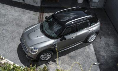 Η MINI υπόσχεται στους επισκέπτες του Διεθνούς Σαλονιού Αυτοκινήτου της Φρανκφούρτης μία κυριολεκτικά 'ηλεκτρίζουσα' ατμόσφαιρα, με ένα εκθεσιακό περίπτερο επικεντρωμένο καθαρά στην ηλεκτροκίνηση. Η πρεμιέρα του νέου MINI Cooper SE της Βρετανικής πολυτελούς μάρκας (κατανάλωση καυσίμου στο μικτό κύκλο: 0,0 l/100 km, κατανάλωση ηλεκτρικής ενέργειας στο μικτό κύκλο: 16,8 – 14,8 kWh/100 km, εκπομπές CO2 στο μικτό κύκλο: 0 g/km) προαναγγέλλει το ξεκίνημα μιας νέας εποχής πλήρους ηλεκτροκίνησης, στην οποία οι οδηγοί θα μπορούν να απολαμβάνουν αθόρυβη οδήγηση στην πόλη με μηδενικές εκπομπές ρύπων, σε γνώριμο στυλ MINI. Το MINI Cooper S E Countryman ALL4 (κατανάλωση καυσίμου στο μικτό κύκλο: 2,1 – 1,9 l/100 km, κατανάλωση ηλεκτρικής ενέργειας στο μικτό κύκλο: 13,9 – 13,5 kWh/100 km, εκπομπές CO2 στο μικτό κύκλο: 47 – 43 g/km) προσφέρει πολύ περισσότερες ευκαιρίες για ηλεκτρική διασκεδαστική οδήγηση. Η τελευταία έκδοση του plug-in υβριδικού μοντέλου, που κάνει το ντεμπούτο του στη Φρανκφούρτη, χρησιμοποιεί την πιο εξελιγμένη τεχνολογία για κυψέλες μπαταριών, που του επιτρέπει να πετυχαίνει ηλεκτρική αυτονομία έως 57 km. Εκτός από τη πρεμιέρα του νέου MINI Cooper SE, η Βρετανική κατασκευάστρια εταιρία αυτοκινήτων γιορτάζει επίσης την 60ή επέτειό της στο Σαλόνι Αυτοκινήτου της Φρανκφούρτης, με την παραγωγή να ξεκινά το 1959 και να έχει φτάσει τα 10 εκατομμύρια οχήματα. Με γνώμονα αυτό, η Φρανκφούρτη θα φιλοξενήσει επίσης ένα ειδικό επετειακό μοντέλο από το εργοστάσιο της ΜΙΝΙ στην Οξφόρδη – ένα 3θυρο MINI Hatch της επετειακής έκδοσης 60 Years, με αποκλειστική σχεδίαση και εξοπλισμό που φέρνουν το ιδιαίτερο στυλ του 'original' αυτοκινήτου στην πολυτελή compact κατηγορία. Οι επισκέπτες του Hall 11 (κοντά στην κεντρική είσοδο του Σαλονιού Αυτοκινήτου της Φρανκφούρτης) στις 12 – 22 Σεπτεμβρίου, 2019 θα μπορούν επίσης να θαυμάσουν την τρέχουσα γκάμα μοντέλων της μάρκας και ορισμένες νέες αφίξεις στη γκάμα αξεσουάρ και προϊόντων lifestyle. Ισχύς, στυλ και μηδενικές εκπομπές ρύπων: τ