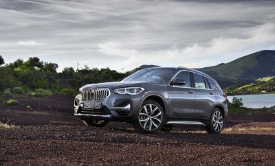 Τολμηρή, σπορ, εντυπωσιακή, η νέα BMW X1 (κατανάλωση καυσίμου στο μικτό κύκλο: 6,8 – 4,1 l/100 km, εκπομπές CO2 στο μικτό κύκλο: 155 – 107 g/km*) προσθέτει ένα νέο κεφάλαιο στην επιτυχημένη ιστορία του SAV. Η BMW X1 ανανεώνεται και γίνεται ακόμα πιο ελκυστική. Το μυστικό της ακαταμάχητης γοητείας της είναι οι έξυπνες στιλιστικές παρεμβάσεις, το υψηλό επίπεδο ευελιξίας και ο άφθονος προηγμένος εξοπλισμός. Κάτω από το καπό, ισχυροί και ταυτόχρονα αποδοτικοί τρικύλινδροι και τετρακύλινδροι κινητήρες BMW TwinPower Turbo και το ευφυές σύστημα τετρακίνησης BMW xDrive προϊδεάζουν για την σπορ οδηγική απόλαυση που υπόσχεται η νέα X1. Σχεδίαση : εντυπωσιακή και σπορ . Η ήδη υπάρχουσα BMW X1, αφότου λανσαρίστηκε, δεν σταμάτησε να γοητεύει τους πελάτες της με την ξεχωριστή της σχεδίαση. Τώρα, μετά την αναβάθμιση, το compact SAV αποκτά ακόμα πιο ελκυστική εμφάνιση. Η νέα εμφάνιση της X1 είναι άμεσα αναγνωρίσιμη, με έντονες αλλαγές στο εμπρός και πίσω τμήμα. Κάθε έκδοση του μοντέλου – από τη βασική BMW X1 μέχρι τις xLine, Sport Line και M Sport – υιοθετεί τη δική της, μοναδική εμφάνιση προσαρμοσμένη με ακρίβεια στο προφίλ του χαρακτήρα της. Η BMW X1 M Sport έχει αθλητική εμφάνιση, χάρη στη χαμηλωμένη ανάρτηση M Sport, τον εκτεταμένο διάκοσμο BMW Individual High-gloss Shadow Line (διαθέσιμο από 11/19) και το πακέτο M Aerodynamics. Η νέα BMW X1 αποπνέει μία πιο δυναμική, επιβλητική αύρα, κυρίως στο εμπρός τμήμα. Εδώ, η μεγαλύτερη μάσκα BMW – τα 'νεφρά' συγχωνεύονται τώρα στο κέντρο – συνδέεται με τους νέους προβολείς Adaptive LED με ακόμα πιο αιχμηρή σχεδίαση και με έναν προφυλακτήρα με ενσωματωμένους προβολείς ομίχλης LED και μεγαλύτερους αεραγωγούς. Στο πίσω τμήμα της X1 επίσης δίνουν το παρών νέα στιλιστικά χαρακτηριστικά. Για παράδειγμα, το νέο ένθετο στην πίσω ποδιά που είναι βαμμένη στο χρώμα του αμαξώματος υιοθετεί το κύριο χρώμα του αυτοκινήτου. Αυτό το νέο στοιχείο περιλαμβάνεται στάνταρ και χαρίζει στο πίσω τμήμα της BMW X1 ακόμα πιο έντονη αίσθηση κομψότητας και συνοχής