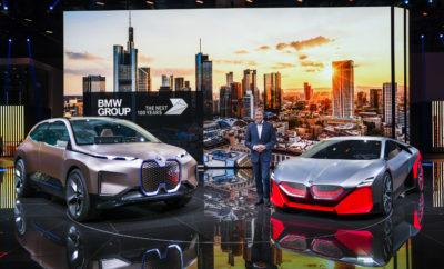 Το BMW Group επικεντρώνεται τώρα στο επόμενο ορόσημο ηλεκτροκίνησης: «Μέχρι τα τέλη του 2021, στοχεύουμε να έχουμε συνολικά ένα εκατομμύριο ηλεκτροκίνητα οχήματα στους δρόμους», δήλωσε ο Oliver Zipse, Πρόεδρος Δ.Σ. της BMW AG, στη Διεθνή Έκθεση Αυτοκινήτου της Φρανκφούρτης (IAA). «Ήδη βρισκόμαστε στην πρώτη γραμμή της ηλεκτροκίνησης. Κανείς κατασκευαστής δεν έχει παραδώσει τόσα ηλεκτροκίνητα οχήματα σε πελάτες στη Γερμανία από την αρχή της χρονιάς, όσα το BMW Group. Στη Νορβηγία, τα τρία στα τέσσερα νέα οχήματα επί των πωλήσεων του BMW Group έχουν σύστημα ηλεκτροκίνησης». Προσβλέποντας στην επόμενη δεκαετία, ο Zipse εκτιμά ότι η ηλεκτροκίνηση θα εξελιχθεί με διαφορετικούς ρυθμούς σε κάθε αγορά – λόγω διαφορών στην υποδομή, στα οδηγικά προφίλ των πελατών και στα ρυθμιστικά πλαίσια. Σύμφωνα με τις προβλέψεις του BMW Group, η ζήτηση των πελατών πρέπει να διασφαλίζει ότι πάνω από το 50% των ταξινομήσεων νέων οχημάτων στην πολυτελή κατηγορία της Κίνας θα αφορά αμιγώς ηλεκτρικά οχήματα μπαταρίας (BEV) το 2030. Η αντίστοιχη αυτή τιμή για την Ευρώπη υπολογίζεται περίπου στο 25% ενώ στις ΗΠΑ, τη δεύτερη μεγαλύτερη αγορά οχημάτων σε όλο τον κόσμο, το ποσοστό θα κυμαίνεται στα επίπεδα του Ευρωπαϊκού. «Το BMW Group είναι μία παγκόσμια εταιρία. Θα είμαστε σε θέση να προσφέρουμε στους πελάτες μας όλες τις σχετικές τεχνολογίες κίνησης: τους συμβατικούς κινητήρες μας με εξαιρετική απόδοση, συστήματα ηλεκτροκίνησης με μπαταρία, plug-in υβριδικά και, στο μέλλον, οχήματα με κυψέλες καυσίμου υδρογόνου», συνέχισε ο Zipse. «Αυτό μας τοποθετεί σε μία πολύ ισχυρή στρατηγική θέση για να αντιμετωπίσουμε τις προκλήσεις της μελλοντικής μετακίνησης και της κλιματικής αλλαγής». Η τεχνολογία κυψελών καυσίμου υδρογόνου μπορεί να αποτελέσει μία ρεαλιστική λύση, κυρίως για μεγάλες αποστάσεις. Το BMW Group εκτιμά ότι η ζήτηση για τη συγκεκριμένη τεχνολογία θα αυξηθεί το δεύτερο μισό της επόμενης δεκαετίας και ένας δοκιμαστικός στόλος οχημάτων με κυψέλες καυσίμου θα λανσαριστεί το 2022. Η εταιρία παρο