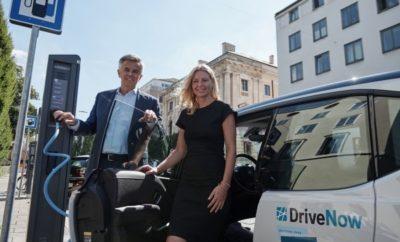 Η Υπηρεσία Υγείας & Περιβάλλοντος της Πόλης του Μονάχου (LHM), το BMW Group και η πάροχος λύσεων carsharing, SHARE NOW, ενώνουν τις δυνάμεις τους για την προώθηση της καινοτόμας μετακίνησης στη Βαυαρική πρωτεύουσα. Μέσω ενός Μνημονίου Συνεργασίας (Memorandum of Understanding) που δημοσιεύτηκε στις 3 Σεπτεμβρίου στο Μόναχο, η LHM και το BMW Group πρόκειται να επεκτείνουν τη συνεργασία τους. Η πάροχος λύσεων Carsharing, SHARE NOW, που συγκροτήθηκε στις αρχές του 2019 στο πλαίσιο κοινοπραξίας του BMW Group με την Daimler AG, θα επεκτείνει σημαντικά τον ηλεκτρικό στόλο της στο πλαίσιο της συμφωνίας: συγκεκριμένα, συνολικά 200 BMW i3s θα διατίθενται για τους πελάτες της υπηρεσίας SHARE NOW στους δρόμους του Μονάχου μέχρι το τέλος της χρονιάς. Τα μέτρα αυτά σχεδιάστηκαν για να επιταχύνουν τη μετάβαση στη βιώσιμη μετακίνηση που είναι ήδη σε εξέλιξη, σε μία προσπάθεια μείωσης της ατμοσφαιρικής ρύπανσης στο Μόναχο. Από πλευράς πόλης, η υπηρεσία δημοσίων έργων, Stadtwerke München, θα εγκαταστήσει συνολικά 550 σταθμούς φόρτισης, με 1.100 σημεία φόρτισης σε δημόσιους χώρους μέχρι το 2020. Αυτή τη στιγμή υπάρχουν περίπου 460 σταθμοί φόρτισης με 920 σημεία φόρτισης σε όλη την πόλη. Μέχρι 1.655 επιπλέον σημεία φόρτισης θα τοποθετηθούν σε κατοικημένα κτίρια, εμπορικές περιοχές και δημόσια πάρκα αυτοκινήτων μέχρι το τέλος του 2020. Επίσης, 400 ακόμα σημεία φόρτισης θα εγκατασταθούν σε δημόσιους χώρους από ιδιώτες προμηθευτές. Η Πόλη του Μονάχου και το BMW Group χαράσσουν το δρόμο για τη μετακίνηση του μέλλοντος. Σύμφωνα με την Stephanie Jacobs, γραμματέας υγείας και περιβάλλοντος στην Πόλη του Μονάχου: «Η ηλεκτροκίνηση είναι το κλειδί για μία βιώσιμη μετακίνηση στην πόλη μας. Για έλεγχο της ατμοσφαιρικής ρύπανσης και προστασία της υγείας και του κλίματος, τα οχήματα που κυκλοφορούν στην πόλη μας δεν πρέπει να εκπέμπουν ρύπους, όπου είναι δυνατό. Αυτός είναι ο μόνος τρόπος για να πετύχουμε τους στόχους ελέγχου της ατμοσφαιρικής ρύπανσης και της κλιματικής ουδετερότητας. Παράλληλα, η 