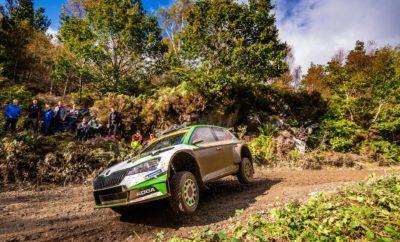 • Οι Φινλανδοί Kalle Rovanperä - Jonne Halttunen με τη SKODA Fabia R5 evo στέφθηκαν πρωταθλητές στην WRC 2 Pro, τερματίζοντας πρώτοι στην κατηγορία στο Ράλι Ουαλίας • Ο εργοστασιακός οδηγός της SKODA Motorsport έγινε ο νεαρότερος οδηγός στην ιστορία που κερδίζει τίτλο στο WRC • Οι Jan Kopecky – Jan Hlousek, με τη δεύτερη εργοστασιακή SKODA Fabia R5 evo τερμάτισαν στη 2η θέση της WRC 2 Pro ολοκληρώνοντας ένα εντυπωσιακό 1-2 για τη SKODA • Η SKODA Motorsport παραμένει επικεφαλής στη βαθμολογία των κατασκευαστών με αυξημένη πλέον διαφορά από τη δεύτερη ομάδα • Στην κλάση RC2, έξι αυτοκίνητα στην πρώτη δεκάδα ήταν SKODA Fabia R5 Τα παραδοσιακά χαρακτηριστικά του Ράλι Ουαλίας, βροχή, λάσπη και ομίχλη, δεν στάθηκαν ικανά να εμποδίσουν τη SKODA Motorsport να πετύχει το στόχο της για την εφετινή χρονιά, την κατάκτηση του τίτλου στην κατηγορία WRC 2 Pro. Με αψεγάδιαστη οδήγηση και βασιζόμενοι στην ταχύτητα και αξιοπιστία της SKODA Fabia R5 evo, οι Kalle Rovanperä - Jonne Halttunen κατέκτησαν τη νίκη εξασφαλίζοντας το πρωτάθλημα στη WRC 2 Pro. Μάλιστα, με την επίδοσή του αυτή ο Φινλανδός έγινε ο νεαρότερος οδηγός που κατακτά τίτλο στο WRC! Τα πράγματα ξεκίνησαν ιδανικά για τους Kalle Rovanperä - Jonne Halttunen που σημείωσαν τον καλύτερο χρόνο τόσο στο Shakedown όσο και στην νυχτερινή σουπερειδική διαδρομή. Την πρώτη ουσιαστικά ημέρα του αγώνα, η μάχη μεταξύ των διεκδικητών της κατηγορίας WRC 2 Pro ήταν σκληρή και εντυπωσιακή καθηλώνοντας τους χιλιάδες θεατές. Μετά το πρώτο πέρασμα και εξ αιτίας της καταιγιστικής βροχής, οι Ειδικές Διαδρομές καλύφθηκαν από ολισθηρή λάσπη που έκρυβε συχνά τεράστιες λακκούβες, καθιστώντας εξαιρετικά δύσκολο να βρεθεί η σωστή γραμμή για τους οδηγούς. Τα προβλήματα επεκτάθηκαν όταν άρχισε να πέφτει η νύχτα. Ο Rovanperä έχασε την πρώτη θέση από κλατάρισμα, αλλά η επίδοση του Jan Kopecky με τον νέο συνοδηγό του Jan Hlousek, ήταν αυτή που έφερε τους Τσέχους επικεφαλής στην κατηγορία με την άλλη SKODA Fabia R5 evo της ομάδας. Στο δεύτερο σκέλος, το π