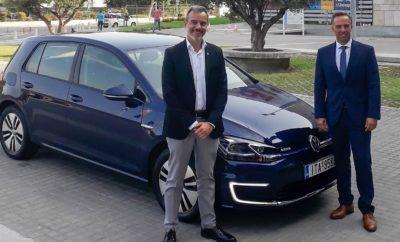 • Η Kosmocar-Volkswagen παραχωρεί ένα e-Golf στο νέο Δήμαρχο Θεσσαλονίκης για τις μετακινήσεις του • Η παράδοση έγινε στο πλαίσιο της 84ης Διεθνούς Έκθεσης Θεσσαλονίκης, στην οποία η Kosmocar συμμετείχε με ένα περίπτερο αφιερωμένο στην ηλεκτροκίνηση • Σημειολογικά, η παράδοση του e-Golf έγινε τις ίδιες μέρες που η Volkswagen αποκάλυψε το ολοκαίνουργιο, καινοτόμο ID.3 στην Έκθεση Αυτοκινήτου της Φρανκφούρτης Μεγάλη επιτυχία σημείωσε η 84η Διεθνής Έκθεση Θεσσαλονίκης, στην οποία η Kosmocar συμμετείχε με ένα περίπτερο αφιερωμένο αποκλειστικά στην ηλεκτροκίνηση. Περισσότεροι από 260.000 επισκέπτες είχαν την ευκαιρία να δουν από κοντά τα e-Golf και e-up!, τα ηλεκτρικά αυτοκίνητα της Volkswagen όπως και το επίσης ηλεκτρικό Audi e-tron και να μάθουν περισσότερα για τη νέα μορφή αυτοκίνησης η οποία εξαπλώνεται σε παγκόσμιο επίπεδο. Επεκτείνοντας τη δυναμική παρουσία της στην ηλεκτροκίνηση, στο πλαίσιο της εφετινής Δ.Ε.Θ., η Kosmocar προχώρησε στην παραχώρηση ενός Volkswagen e-Golf στο νέο Δήμαρχο Θεσσαλονίκης, κ. Κωνσταντίνο Ζέρβα. Το ηλεκτρικό πεντάθυρο χάτσμπακ, με αυτονομία σχεδόν 300 χιλιομέτρων και εκπομπή μηδενικών ρύπων κατά την κίνησή του, θα αποδειχθεί το ιδανικό μοντέλο για «πράσινη» μετακίνηση του Δήμαρχου στην πόλη της Θεσσαλονίκης αλλά και έξω από αυτή. Η παράδοση του νέου e-Golf στον κ. Ζέρβα έγινε κατά την περίοδο λειτουργίας της Δ.Ε.Θ., μπροστά από το Δημαρχιακό Μέγαρο. Σε δήλωσή του με αφορμή την παραχώρηση του e-Golf, ο κ. Θανάσης Κονιστής, Διευθυντής Πωλήσεων και Marketing της Kosmocar-Volkswagen, τόνισε: «Γνωρίζαμε για την ευαισθησία του νέου Δήμαρχου Θεσσαλονίκης για το περιβάλλον και είμαστε πολύ χαρούμενοι που μας δίνεται η ευκαιρία να παραχωρήσουμε στον κ. Ζέρβα ένα e-Golf για τις μετακινήσεις του. Θεωρούμε ότι με τη συγκεκριμένη κίνηση συμβάλλουμε και εμείς ως εταιρεία στη διάδοση μίας πιο οικολογικής αυτοκίνησης μέσα στις μεγαλουπόλεις. Σημειολογικά, η παράδοση του αυτοκινήτου γίνεται τις ημέρες παρουσίασης στην Έκθεση Αυτοκινήτου της Φρανκφούρτης 