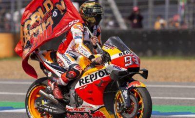 Ο Marc Marquez στέφθηκε Παγκόσμιος Πρωταθλητής στο MotoGP με τον τρόπο που μόνο αυτός γνωρίζει: με μία συναρπαστική νίκη που κρίθηκε στην τελευταία στροφή. Όλος ο θίασος του MotoGP είχε την ευκαιρία στο Buriram της Ταϊλάνδης να δει τη στέψη του Marc Marquez ως Παγκόσμιου Πρωταθλητή για όγδοη φορά. Από την κορυφή της σχάρας εκκίνησης του αγώνα, ο Marquez εξαπέλυσε αμέσως την επίθεσή του ξεκινώντας το κυνήγι του pole man, Fabio Quartararo. Με τον μοναδικό αντίπαλό του, Andrea Dovizioso, να βρίσκεται στην τέταρτη θέση, ο Marquez μπόρεσε να επικεντρωθεί αποκλειστικά στην κατάκτηση της νίκης στον αγώνα της Ταϊλάνδης. Μετά την πραγματοποίηση των ταχύτερων γύρων και από τους δύο αναβάτες, οι Marquez και Quartararo βρήκαν το ρυθμό τους με τον Marquez να περιμένει την κατάλληλη στιγμή για να επιτεθεί. Οι τελευταίοι γύροι του αγώνα ήταν εκρηκτικοί, με τον Παγκόσμιο Πρωταθλητή του 2019 στο MotoGP να επιτίθεται στο νεαρό Γάλλο αναβάτη περνώντας στην πρώτη θέση στην αρχή του τελευταίου γύρου. Το αποτέλεσμα κρίθηκε στην τελευταία στροφή, με τον Marquez να υπερασπίζεται με μαεστρία τη θέση του έναντι του Quartararo κερδίζοντας με τον δικό του μοναδικό τρόπο το Παγκόσμιο Πρωτάθλημα στο MotoGP για το 2019. Με 325 βαθμούς, 9 νίκες, 14 τερματισμούς στο βάθρο, 9 pole position και 10 ταχύτερους γύρους σε αγώνες, ο Marc Marquez στέφεται Παγκόσμιος Πρωταθλητής με τα χρώματα της ομάδας Repsol Honda για έκτη φορά και συνολικά για όγδοη στην καριέρα του. Αυτή η νίκη σηματοδοτεί επίσης την 150ή για την Honda στο MotoGP – επίδοση που δεν έχει καταφέρει μέχρι και σήμερα κανένας άλλος κατασκευαστής. Ο Jorge Lorenzο είχε ένα δύσκολο αγώνα μη μπορώντας να βελτιώσει την αίσθησή του με τη μοτοσικλέτα στις ζεστές συνθήκες που επικράτησαν κατά τη διάρκεια του αγώνα. Τερματίζοντας τελικά στην 18η θέση, ο Lorenzo κοιτά πλέον μπροστά εν όψει του επόμενου αγώνα στην Ιαπωνία, στον οποίο ελπίζει να βελτιώσει τόσο την αίσθησή του με τη μοτοσικλέτα, όσο και τα αποτελέσματά του. Ο Παγκόσμιος Πρωταθλητής του Mo