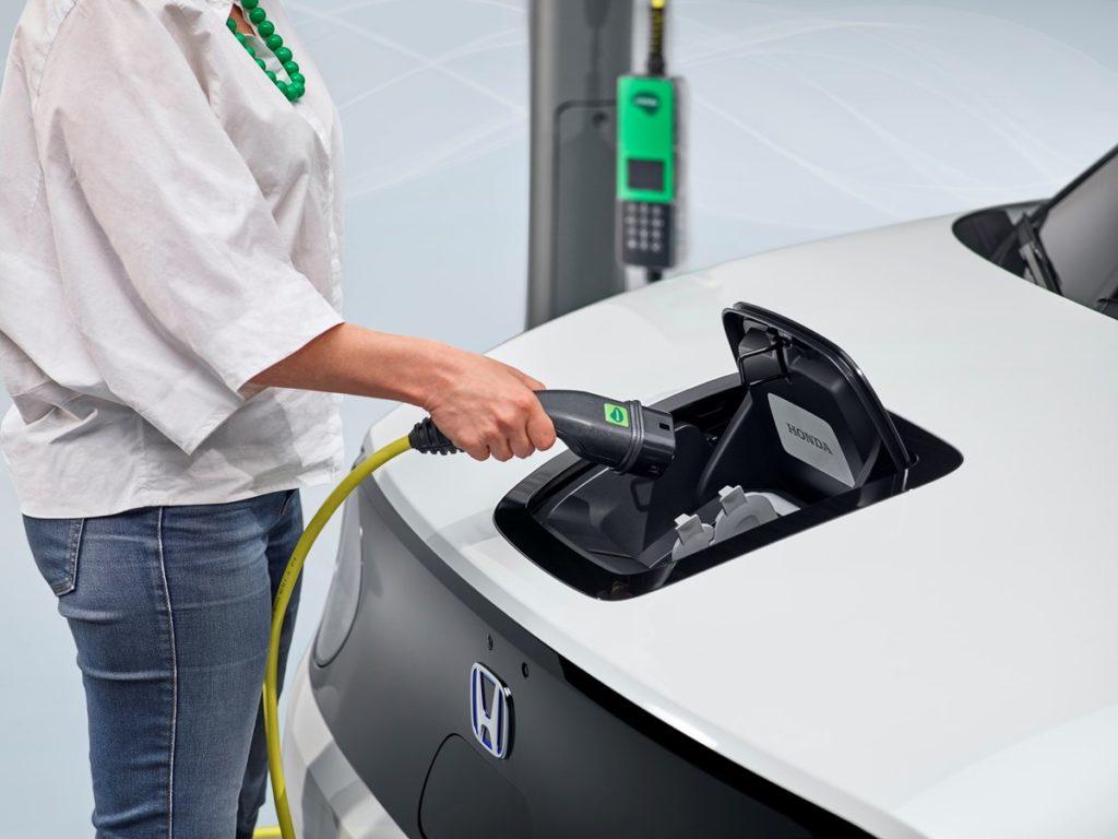 • Η Honda και η Vattenfall υπέγραψαν Επιστολή Πρόθεσης συνεργασίας για ευέλικτες συμβάσεις προμήθειας ενέργειας, προσαρμοσμένες για χρήστες EV • Για πρώτη φορά στην Ευρώπη, η συμφωνία υποστηρίζει την ενεργή διαχείριση της ζήτησης του ηλεκτρικού δικτύου μεγιστοποιώντας τη χρήση ανανεώσιμης ενέργειας • Η Vattenfall ηγείται της Ευρωπαϊκής αγοράς παροχής ενέργειας • Η Honda θα παρουσιάσει την πρώτη της εμπορική υπηρεσία ενέργειας μέσα στο 2020 μαζί με την παρουσίαση του Honda e Η Honda ανακοίνωσε της συνεργασία της με την Vattenfall, κορυφαίο Ευρωπαίο πάροχο ενέργειας, με σκοπό να προσφέρει ένα ευέλικτο τιμολόγιο ηλεκτρικής ενέργειας, κατάλληλο για ιδιοκτήτες ηλεκτρικών οχημάτων (EV) στην Ευρώπη. Η συνεργασία σηματοδοτεί ένα καθοριστικό ορόσημο για τη Honda στην ανάπτυξη του τομέα διαχείρισης ενέργειας που αντιπροσωπεύει έναν σημαντικό πυλώνα της στρατηγικής της 'Electric Vision' στην Ευρώπη. Σε επιστολή πρόθεσης που υπογράφηκε στις 23 Οκτωβρίου 2019, οι δύο εταιρείες επιβεβαίωσαν τις προθέσεις τους για από κοινού ανάπτυξη και προώθηση στην αγορά ενός ευέλικτου τιμολογίου ηλεκτρικού ρεύματος που θα επιτρέψει τη φόρτιση των EV σε ώρες μικρότερου κόστους, ανάλογα με τη ζήτηση στο ηλεκτρικό δίκτυο. Τα τιμολόγια – που διατίθενται για ιδιοκτήτες ηλεκτρικών οχημάτων ανεξαρτήτως μάρκας1 – προάγουν επίσης τη χρήση ηλεκτρισμού που παράγεται από ανανεώσιμες πηγές συμπεριλαμβανομένων υδροηλεκτρικών σταθμών και αιολικών πάρκων, πραγματοποιώντας το όραμα της Honda για βιώσιμη παροχή ενέργειας στο μέλλον. Αυτή η υπηρεσία θα διατίθεται αρχικά σε Ηνωμένο Βασίλειο και Γερμανία το 2020, ενώ θα ακολουθήσουν και άλλες Ευρωπαϊκές χώρες. Η Vattenfall θα επιβλέψει επίσης την εγκατάσταση οικιακών σημείων φόρτισης Honda Power Charger, μέσω προτιμώμενων εργολάβων σε Ηνωμένο Βασίλειο και Γερμανία. Το σύστημα αποτελείται από μία μονάδα φόρτισης που θα τοποθετείται σε τοίχο ή πυλώνα, με μέγιστη ισχύ 7,4kW (μονοφασική παροχή ρεύματος) ή 22kW (τριφασική παροχή ρεύματος). Στα 22kW, οι ιδιοκτήτες του H