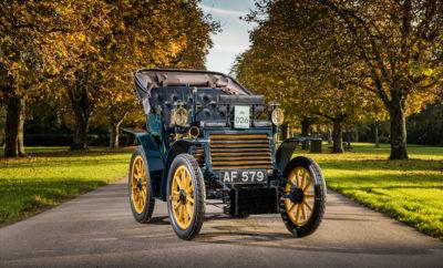 """τις 3 Νοεμβρίου 2019, ένα εξαιρετικά σπάνιο Fiat 3½ hp που κατασκευάστηκε το 1899 θα αποτελέσει τη σημαντικότερη συμμετοχή στον αγώνα """"London to Brighton Veteran Car Run"""". Γιορτάζοντας φέτος τα 120α της γενέθλια, η Fiat, φέρνει και πάλι στη «ζωή» αυτό το όχημα ηλικίας 120 ετών που έχει 34χλμ./ώρα τελική ταχύτητα. Η Fiat είναι ένας από τους παλαιότερους και πιο ξεχωριστούς κατασκευαστές αυτοκινήτων σε όλο τον κόσμο. Φέτος και με αφορμή τα 120α της γενέθλια, η μάρκα θα βρεθεί στο """"Bonhams London to Brighton Car Run 2019"""", μια ξεχωριστή διοργάνωση για μοντέλα που έχουν παραχθεί πριν το 1905. Μόνο κατασκευαστές που έχουν τόσο παλιά μοντέλα μπορούν να συμμετέχουν και η Fiat είναι μία από τις ελάχιστες μάρκες που έχουν αυτή την ιδιαίτερη διάκριση. Με την ευκαιρία του αγώνα και για να γιορτάσει τα γενέθλια της, η Fiat συνεργάστηκε με το National Automobile Museum του Beaulieu (Ν. Αγγλία) για να φέρει και πάλι στο δρόμο το πρώτο αυτοκίνητο της Fiat, το Fiat 3½ hp του 1899! Πρόκειται για ένα από τα ελάχιστα αυτοκίνητα του τύπου που διασώζονται μέχρι σήμερα, το οποίο θα λειτουργήσει και πάλι για να καλύψει τη διαδρομή μήκους 60 μιλίων από το Hyde Park του Λονδίνου μέχρι τη Madeira Drive του Brighton. Το συγκεκριμένο Fiat 3½ hp ανήκει στην FCA UK Ltd και αποτελεί μέρος της μόνιμης συλλογής του National Automobile Museum του Beaulieu. Το ιστορικό αυτοκίνητο έχει θέσεις για δύο ενήλικες και δύο παιδιά σε διαμόρφωση """"vis-à-vis"""" (οι επιβάτες κάθονται απέναντι από τον οδηγό) και κινείται χάρη σε ένα δικύλινδρο οριζόντια τοποθετημένο κινητήρα 697κ.εκ. που συνδυάζεται με ένα κιβώτιο ταχυτήτων 3 σχέσεων, το οποίο δεν διαθέτει όπισθεν. Η τελική ταχύτητα του Fiat 3½ hp είναι 34χλμ./ώρα, ενώ η κατανάλωση 6,7λτ./100χλμ."""