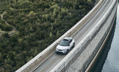Το All-new Renault CAPTUR, η νέα γενιά του 1ου σε πωλήσεις compact crossover στην Ευρώπη, γράφει ήδη τα πρώτα της χιλιόμετρα στους δρόμους της Αττικής, στα πλαίσια της Παγκόσμιας Δημοσιογραφικής του Παρουσίασης που διοργανώνεται στην χώρα μας. Τo Groupe Renault επέλεξε την Ελλάδα για την Παγκόσμια Δημοσιογραφική Παρουσίαση ενός από τα πιο σημαντικά του νέα μοντέλα. Το Renault CAPTUR είναι το best seller στην κατηγορία του στην Ευρώπη, από το 2013 που παρουσιάστηκε η πρώτη γενιά του, έχοντας πουλήσει συνολικά πάνω από 1,5 εκατομμύριο αυτοκίνητα σε όλες τις αγορές που διατίθεται παγκοσμίως. Τον προηγούμενο χρόνο, το μοντέλο διατήρησε την ηγετική του θέση έχοντας πουλήσει πάνω από 215.000 αυτοκίνητα στην Ευρώπη. Αυτές τις μέρες, παρουσιάζεται η νέα γενιά του μοντέλου στους δημοσιογράφους του Διεθνούς Τύπου και το Groupe Renault επέλεξε την Ελλάδα για το σκοπό αυτό. Πρόκειται για μια διοργάνωση διεθνούς βεληνεκούς που φιλοξενεί συνολικά πάνω από 550 δημοσιογράφους από όλο τον κόσμο, την ώρα που δεκάδες στελέχη της Renault έχουν έρθει στην Ελλάδα για την υποστήριξη της διοργάνωσης. Οι δημοσιογράφοι εκκινούν την διαδρομή τους στην Αττική από το Μαρκόπουλο Μεσογαίας, ενώ, περνώντας μέσα από εμβληματικές αττικές διαδρομές, όπως ο Μαραθώνας και η Πεντέλη, καταλήγουν στην Αθηναϊκή Ριβιέρα, στην περιοχή της Αναβύσσου, όπου λαμβάνει χώρα η δημοσιογραφική παρουσίαση του νέου μοντέλου. Πρόκειται για μία πρώτης τάξεως ευκαιρία προβολής της χώρας μας σε όλο τον κόσμο, καθώς ήδη οι φωτογραφίες και τα βίντεο του νέου Renault CAPTUR κάνουν τον γύρο του κόσμου στα διεθνή μέσα ενημέρωσης, προβάλλοντας τα όμορφα ελληνικά τοπία. Παράλληλα, η χώρα μας διαφημίζεται τόσο για τις υποδομές της, όσο και για τις υπηρεσίες της. H TEOREN MOTORS A.E., αποκλειστικός εισαγωγέας των μαρκών Renault και Dacia στην Ελλάδα παρέχει την αμέριστη υποστήριξή της, πριν και κατά τη διάρκεια της διοργάνωσης η οποία θα διαρκέσει μέχρι τα μέσα Νοεμβρίου. Το νέο Renault CAPTUR είναι ένα μοντέλο – σταθμός για τη Ren