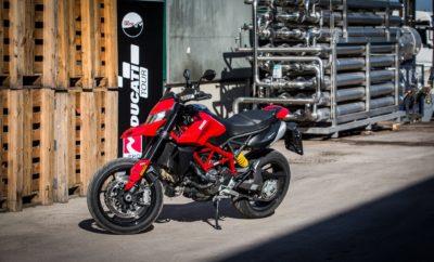 """• Ολοκληρώθηκε με επιτυχία το EKO DUCATI TOUR, το δώρο για τους νικητές του διαγωνισμού """"ekoracing100"""" • Road-trip 850 χιλιομέτρων απολαυστικής οδήγησης με μοτοσυκλέτες Ducati, σε αυτοκινητόδρομους και στριφτερές διαδρομές στην Πελοπόννησο • Ducati Multistrada 950 & 1260, Diavel, Hypermotard, Monster & Scrambler, με καύσιμο τη βενζίνη ekoracing100, πρόσφεραν αξέχαστες στιγμές στους τυχερούς αναβάτες Με μεγάλη επιτυχία ολοκληρώθηκε το EKO DUCATI TOUR, ένα απολαυστικό τριήμερο road-trip 850 χιλιομέτρων για 6 τυχερούς νικητές του διαγωνισμού """"ekoracing100"""". Στη μαγευτική Πελοπόννησο, σε μια μοναδική εμπειρία οδήγησης μέσα από γραφικά χωριά, ιστορικά κάστρα, σε ορεινές αλλά και παραθαλάσσιες στριφτερές διαδρομές, τους τυχερούς ταξίδεψαν εντυπωσιακές Ducati Multistrada 950 & 1260, Diavel, Hypermotard, Monster & Scrambler. Το επίπεδο οδήγησης όλων των νικητών ήταν υψηλό, αφού λίγες ημέρες πριν είχαν παρακολουθήσει με επιτυχία την ημερίδα ασφαλούς οδήγησης του DUCATI RIDERS ACADEMY. Η αναχώρηση έγινε την Παρασκευή 27 Σεπτεμβρίου από το Ducati Athens, το επίσημο Ducati store της ΚOSMOCAR στην οδό Καλλιρόης 9, στην Αθήνα. Μετά από σύντομο briefing με περιγραφή της διαδρομής και του ταξιδιού καθώς και τις απαραίτητες οδηγίες για τους κανόνες ασφάλειας, δόθηκε στους συμμετέχοντες ο εξοπλισμός προστασίας DUCATI. Η διαδρομή ήταν προσεκτικά επιλεγμένη ώστε να αναδείξει τόσο τις αρετές της κάθε μοτοσυκλέτας όσο και την ποιότητα της ekoracing100, μίας βενζίνης που προσφέρει αυξημένες επιδόσεις με μεγάλη οικονομία. Για το λόγο αυτό υπήρχε το απαραίτητο rotation ώστε όλοι να γνωρίσουν την κάθε μοτοσυκλέτα και να την οδηγήσουν για ικανό διάστημα και απόσταση ενώ φυσικά ο ανεφοδιασμός έγινε σε πρατήρια καυσίμων της ΕΚΟ. Μετά την Αθήνα η διαδρομή πέρασε από τη Στυμφαλία, με επίσκεψη στο εκεί Μουσείο Περιβάλλοντος, τη Βυτίνα, για να καταλήξει στο τέλος της ημέρας στο μαγευτικό Ναύπλιο, αφού πρώτα οι αναβάτες είχαν την ευκαιρία να χαρούν τις στροφές του Αχλαδόκαμπου. Την επόμενη μέρα Παρά"""