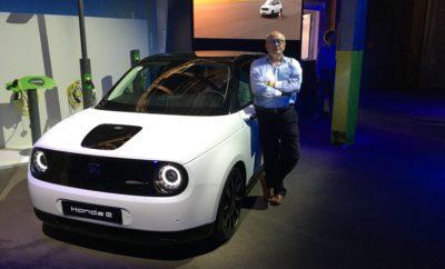 • Η επιτάχυνση της στρατηγικής 'Electric Vision' θα έχει ως αποτέλεσμα τον εξηλεκτρισμό όλων των ευρωπαϊκών μοντέλων ευρείας κυκλοφορίας της Honda μέχρι το 2022, τρία χρόνια νωρίτερα από τον αρχικό προγραμματισμό. • Νέα παγκόσμιος διακριτικός τίτλος 'e:Technology' αποκαλύπτεται για όλα τα μελλοντικά ηλεκτροκίνητα προϊόντα σε σειρές αυτοκινήτων, μοτοσυκλετών και power products. • Έξι ηλεκτροκίνητα αυτοκίνητα θα λανσαριστούν τους επόμενους 36 μήνες. • Το προσεχές Honda e και το αποκλειστικά υβριδικό Jazz είναι μοντέλα κλειδιά για την επίτευξη των στόχων της Honda στην Ευρώπη για τις εκπομπές ρύπων. • Η Honda και ο κορυφαίος Ευρωπαίος πάροχος ενέργειας Vattenfall υπέγραψαν Επιστολή Πρόθεσης για ευέλικτες συμβάσεις προμήθειας ενέργειας, σχετικά με τη χρήση ανανεώσιμης ενέργειας ειδικά προσαρμοσμένης για κατόχους EV. Η Honda επιταχύνει περαιτέρω τα σχέδια εξηλεκτρισμού της για την Ευρώπη, μεταφέροντας για το 2022 το στόχο της να εξοπλίσει όλα τα ευρωπαϊκά της μοντέλα ευρείας κυκλοφορίας με ηλεκτροκίνητα συστήματα κίνησης. Ο τολμηρός νέος στόχος που ανακοινώθηκε κατά τη διάρκεια εκδήλωσης με θέμα 'Electric Vision' στο Άμστερνταμ, είναι τοποθετημένος τρία χρόνια νωρίτερα από αυτόν του 2025 που είχε ανακοινωθεί παλιότερα, κάτι που δείχνει την αυτοπεποίθηση της Honda σε σχέση με την τεχνολογία της ηλεκτρικών και υβριδικών συστημάτων κίνησης. Στο πλαίσιο αυτής της επιτάχυνσης, 6 ηλεκτροκίνητα μοντέλα θα λανσαριστούν τους επόμενους 36 μήνες, με το Honda e και το αποκλειστικά υβριδικό νέο Jazz, να ανοίγουν τον δρόμο. Ο Tom Gardner, Ανώτερος Αντιπρόεδρος της Honda Motor Europe, σχολίασε: «Οι ραγδαίες αλλαγές στους κανονισμούς, την αγορά και τη συμπεριφορά των καταναλωτών στην Ευρώπη σημαίνουν ότι η μετατόπιση προς τον εξηλεκτρισμό συντελείται ταχύτερα εδώ από οπουδήποτε αλλού στον κόσμο. Καθώς οι εξελίξεις τρέχουν, είναι απαραίτητο να δράσουμε ταχύτερα για να αντιμετωπίσουμε αυτές τις προκλήσεις κατά μέτωπο. Βρίσκομαι στην ευχάριστη θέση να σας ανακοινώσω ότι όλα τα mainstream μ