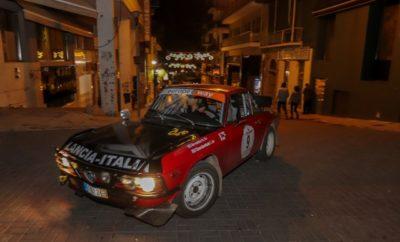 """Το 24 Ώρες Ελλάδα έχει καθιερωθεί εδώ και 22 χρόνια σαν το δυσκολότερο ράλλυ ιστορικών αυτοκινήτων στην Ελλάδα. Το ηλιόλουστο πρωινό του Σαββάτου 19 Οκτωβρίου παρατάχθηκαν στον πεζόδρομο της παραλίας Χαλκίδας 72 ετοιμοπόλεμα πληρώματα με τα αστραφτερά και πάνοπλα ιστορικά αυτοκίνητα τους. Στις 10:01 έδωσε σήκωσε η Δήμαρχος Χαλκιδαίων την σημαία του Συλλόγου πάνω από το καπό των περυσινών νικητών και ακολούθησαν πολλοί τοπικοί παράγοντες που έδωσαν με τη σειρά τους εκκίνηση στα υπόλοιπα αυτοκίνητα. Πρώτη ειδική διαδρομή η φημισμένη Ριτσώνα, που από την αρχή έδειξε τα δόντια της και έπιασε κάποια πληρώματα στον ύπνο. Ακολούθησαν οι ειδικές Λούτσι, Σφάκα και Ξυλικοί και αμέσως μετά η πρώτη ανασυγκρότηση στο εκθεσιακό κέντρο Λαμίας. Μετά την ανάβαση της Μοσχοκαρυάς σειρά είχε η δυτική όχθη της λίμνης Πλαστήρα και οι ειδικές Απίδια, Αράπης και Κερασιά. Ο ήλιος είχε δύσει και οι συμμετέχοντες μπήκαν στα Τρίκαλα για τη μεγάλη Ανασυγκρότηση και τον τερματισμό του επάθλου ¨12 Ώρες Ελλάδα"""". Ο κόσμος υποδέχθηκε τα πληρώματα με ενθουσιασμό και πλημμύρισε έως αργά τη νύχτα την πλατεία Ηρώων Πολυτεχνείου που είχε δοθεί απο τον φιλόξενο Δήμο Τρικκαίων. Μετά από σκληρή μάχη και συνεχείς εναλλαγές η προσωρινή κατάταξη έφερνε πρώτους τους ευρωπαίους πρωταθλητές FIA Regularity Trophy, Christian Crucifix – Jennifer Hugo – Porsche 911, 2ους τους Σάββα Τζιλάβη - Γιώργο Δημόπουλο – Leyland Mini και 3ους τους Γιάννη Κατσαούνη – Ματθαίο Μανσόλα - VW Golf GTi. Στις 11:30 το βράδυ άναψαν οι προβολείς και 59 αποφασισμένοι μονομάχοι όρμησαν για την ανατολική πλευρά της λίμνης Πλαστήρα και το δυσκολότερο κομμάτι του αγώνα. Οι ειδικές Ελληνόπυργος, Μεσενικόλας, Ραχούλα, Νεράιδα και Φουρνά έβγαλαν εκτός τους Κατσαούνη-Μανσόλα με τεχνική βλάβη και τους Τζιλάβη-Δημόπουλο με μια άτυχη αλλά ευτυχώς ακίνδυνη έξοδο. Εδώ έλαμψε η ευγενής άμιλλα και το sportsmanship του ιστορικού motorsport όπου πολλοί οδηγοί κατέστρεψαν χωρίς δεύτερη σκέψη τον αγώνα τους για να βοηθήσουν το άτυχο πλήρωμα. Από τις 4 έως τ"""