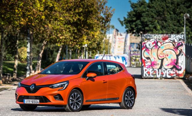 Από το 1990 που παρουσιάστηκε, το Renault CLIO έγινε το πιο επιτυχημένο μοντέλο του Groupe Renault παγκοσμίως, με πωλήσεις πάνω από 15 εκατομμύριων αυτοκινήτων μέχρι σήμερα. Το Renault CLIO αποτελεί το πιο δημοφιλές αυτοκίνητο στη Γαλλία, ενώ κατέκτησε και την κορυφή των πωλήσεων της κατηγορίας Β στην Ευρώπη, από το 2013 και μετά. Αξίζει μάλιστα να σημειωθεί, ότι το Renault CLIO, επιτυγχάνοντας μια εκπληκτική εμπορική πορεία, σημείωνε αύξηση πωλήσεων κάθε χρόνο, από το 2012 έως το 2018. Πιο μοντέρνο και πιο σπορτίφ από ποτέ, το νέο Renault CLIO βασίζεται στο DNA που ευθύνεται για αυτή την 30χρονη αδιάκοπη εμπορική επιτυχία. Για την ακρίβεια βασίζεται πάνω στα δυνατά σημεία που έκαναν κάθε μία από τις τέσσερις προηγούμενες γενιές του να ξεχωρίζει, ανοίγοντας ένα καινούριο, πολυαναμενόμενο κεφάλαιο σε αυτή την εντυπωσιακή πορεία. • Από το CLIO I, το νέο μοντέλο διαθέτει όλα τα χαρακτηριστικά που καθιστούν σπουδαίο ένα αυτοκίνητο. Όπως και το μοντέλο που λανσαρίστηκε το 1990, το νέο Renault CLIO διαθέτει τεχνολογία που συναντά κανείς σε οχήματα μεγαλύτερης κατηγορίας. • Από το CLIO II, το νέο μοντέλο έχει υιοθετήσει νέα, ακόμα υψηλότερα, πρότυπα ευρυχωρίας και άνεσης. • Από το CLIO III, υιοθετεί χαρακτηριστικά που το οδηγούν σε μια νέα εποχή, ανώτερης απτής ποιότητας κατασκευής. • Από το CLIO IV, το νέο μοντέλο κληρονομεί τον δυναμικό του σχεδιασμό, αυτόν που ενέπνευσε όλη τη σύγχρονη γκάμα Renault και έχει αποτελέσει σημείο αναφοράς για όλη την αυτοκινητοβιομηχανία. Σχεδιασμένο με βάση την αρχή της «Εξέλιξης και Επανάστασης», το νέο Renault CLIO θέτει νέους κανόνες, με πιο ώριμη σχεδίαση αμαξώματος και ένα πλήρως ανασχεδιασμένο εσωτερικό. Με πιο σμιλευμένες γραμμές και πιο αποφασιστικό εμπρός μέρος, το νέο CLIO κερδίζει σε ζωντάνια και μοντέρνο χαρακτήρα, ενώ παραμένει άμεσα αναγνωρίσιμο, παρά το ότι αποτελείται από 100% νέα μέρη. Στο εσωτερικό του η επανάσταση είναι ξεκάθαρη. Η πλήρως ανασχεδιασμένη καμπίνα των επιβατών είναι εμπνευσμένη από ανώτερες κατηγορίες αυτοκ