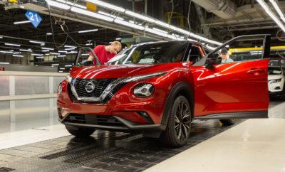 """Η Nissan σηματοδοτεί την έναρξη παραγωγής του νέου Juke στο εργοστάσιο της στο Sunderland, με μια επένδυση ύψους 100 εκατομμυρίων λιρών. Σχεδιασμένο και κατασκευασμένο στο Ηνωμένο Βασίλειο, το νέο Juke έχει σχεδιαστεί ειδικά για τις Ευρωπαϊκές αγορές, με το Sunderland να είναι το μοναδικό εργοστάσιο παραγωγής για αυτό το δεύτερης γενιάς compact crossover. To λανσάρισμά του, έρχεται σχεδόν 10 χρόνια μετά το ντεμπούτο της πρώτης γενιάς του μοντέλου με το τολμηρό στυλ, που τάραξε τα νερά στην κατηγορία του. Με το νέο μοντέλο, η Nissan έθεσε και πάλι τον πήχη ψηλά, προσφέροντας νέα επίπεδα τεχνολογίας και συνδεσιμότητας στην κατηγορία των compact crossovers. Σχεδιασμένο από τις Ευρωπαϊκές ομάδες σχεδιασμού, έρευνας και ανάπτυξης της Nissan στο Paddington, στο Λονδίνο, στο Cranfield και στο Bedfordshire, το 70% της παραγωγής του Juke προορίζεται για τις αγορές της ΕΕ, με τα δύο τρίτα των προμηθευτών της γραμμής παραγωγής να εδρεύουν στην ΕΕ. Επισκεπτόμενος το εργοστάσιο του Sunderland για να επιβλέψει τα τελικά στάδια προετοιμασίας για την έναρξη της παραγωγής, ο πρόεδρος της Nissan Europe, Gianluca de Ficchy, δήλωσε: """"Το νέο Juke αντιπροσωπεύει μια επιπλέον επένδυση ύψους 100 εκατομμυρίων λιρών στο εργοστάσιο μας στο Sunderland του Ηνωμένου Βασιλείου, όπου σχεδιάστηκε και θα κατασκευάζεται για τους Ευρωπαίους αγοραστές. """"Πριν από τριάντα πέντε χρόνια, η Nissan αποφάσισε να δημιουργήσει ένα εργοστάσιο στο Ηνωμένο Βασίλειο για να εξυπηρετήσει τις Ευρωπαϊκές αγορές μας. Μετά από δέκα εκατομμύρια αυτοκίνητα , το Sunderland είναι το μεγαλύτερο εργοστάσιο αυτοκινήτων στην ιστορία του Ηνωμένου Βασιλείου και το ολοκαίνουργιο Juke είναι το πιο συνδεδεμένο αυτοκίνητο της Nissan. Με περισσότερες από 35.000 θέσεις εργασίας που υποστηρίζει η Nissan στο Ηνωμένο Βασίλειο, θα ήθελα να ευχαριστήσω τις έμπειρες και εξειδικευμένες ομάδες μας στο Paddington, το Cranfield και το Sunderland, καθώς και την ευρύτερη βάση των προμηθευτών μας, για τις προσπάθειές τους να φέρουν σε πέρας αυτό το """