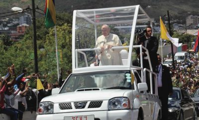 """Το Βατικανό επιλέγει τη Nissan για τις μετακινήσεις του Ποντίφικα, στο Μαυρίκιο Ένα διασκευασμένο Nissan NP300, χρησιμοποιήθηκε ως το όχημα μετακινήσεων του Πάπα Φραγκίσκου, κατά τη διάρκεια της επίσκεψής του στο νησί του Μαυρίκιου, στον Ινδικό Ωκεανό, τον περασμένο Σεπτέμβριο. Από το 1965, η Ρωμαιοκαθολική Εκκλησία χρησιμοποιεί ειδικής κατασκευής αυτοκίνητα για τον Ποντίφικα, όταν ο Πάπας Παύλος VI χρησιμοποίησε ένα τέτοιο όχημα για να χαιρετήσει τα πλήθη στη Νέα Υόρκη. Με την πάροδο των χρόνων, αρκετοί κατασκευαστές είχαν την τιμή να κατασκευάσουν οχήματα, αλλά αυτή ήταν η πρώτη φορά που τιμήθηκε η Nissan και πιο συγκεκριμένα η Nissan NSC ABC Motors, στο Μαυρίκιο. Η ABC Motors προσέφερε το σασί του Nissan NP300, το οποίο στη συνέχεια στάλθηκε στην θυγατρική εταιρεία ABC Coachworks, για να τροποποιηθεί σύμφωνα με τις προδιαγραφές του Βατικανού. Επιτηρούμενο από τη Μητρόπολη του Μαυρίκιου, το έργο αυτό ήταν μοναδικό για την εταιρεία, που συνήθως ειδικεύεται στην κατασκευή λεωφορείων, πούλμαν και ασθενοφόρων. Παράλληλα, η συγκεκριμένη εταιρεία τροποποιεί οχήματα για την αστυνομία και την πυροσβεστική. """"Η ABC Automobile, ως μια μεγάλη οικογένεια, έβαλε όλη την αγάπη της στο σχεδιασμό ενός οχήματος για τον Πάπα, αντάξιου των προσδοκιών και των προτύπων του Βατικανού"""", δήλωσε ο διευθύνων σύμβουλος της ABC Automobile, Dean Ah-Chuen. Ο Διευθυντής Πωλήσεων της Nissan Group of Africa, Jim Dando, δήλωσε ότι η απόφαση του Βατικανού να χρησιμοποιήσει το θρυλικό σασί της Nissan, αποτελεί μια απτή απόδειξη της αξιοπιστίας και της δημοτικότητας του οχήματος, σε όλες τις Αφρικανικές αγορές. Το σασί του Nissan NP 300, με τις ειδικές πινακίδες SCV1, συντομογραφία του Λατινικού Status Civitatis Vaticanae (Κράτος της Πόλεως του Βατικανού), θα τεθεί σε μόνιμη έκθεση από τη Μητρόπολη, ως μνημείο της επίσκεψης του Πάπα στο νησί."""