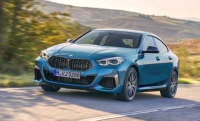 Η πρώτη BMW Σειρά 2 Gran Coupe (κατανάλωση καυσίμου στο μικτό κύκλο: 7,1 – 4,2 l/100 km, εκπομπές CO2 στο μικτό κύκλο: 162 – 110 g/km*) ενσαρκώνει την επιτυχημένη τετράθυρη coupe φιλοσοφία στις διαστάσεις μιας πολυτελούς compact BMW για πρώτη φορά. Αποτελεί μία πιο εξατομικευμένη πρόταση που θα ενθουσιάσει τους θιασώτες της υψηλής και τολμηρής αισθητικής. Υποστηρίζεται από καινοτόμες τεχνολογίες ελέγχου/λειτουργίας και συνδεσιμότητας, και υπόσχεται άριστη καθημερινή χρηστικότητα και απαράμιλλες δυναμικές επιδόσεις BMW. Η παγκόσμια πρεμιέρα πραγματοποιείται στο Σαλόνι Αυτοκινήτου του Los Angeles το Νοέμβριο του 2019, ενώ το λανσάρισμα στην αγορά αναμένεται το Μάρτιο του 2020. Οι τιμές στη Γερμανία θα ξεκινήσουν από 31.950€ για το μοντέλο BMW 218i (κατανάλωση καυσίμου στο μικτό κύκλο: 5,7 – 5,0 l/100 km, εκπομπές CO2 στο μικτό κύκλο: 131 – 114 g/km), 39.900€ για την BMW 220d (κατανάλωση καυσίμου στο μικτό κύκλο: 4,5 – 4,2 l/100 km, εκπομπές CO2 στο μικτό κύκλο: 119 – 110 g/km) και 51.900€ για το κορυφαίο μοντέλο της γκάμας BMW M235i xDrive (κατανάλωση καυσίμου στο μικτό κύκλο: 7,1 – 6,7 l/100 km, εκπομπές, CO2 στο μικτό κύκλο: 162 – 153 g/km). Ανάμεσα στα χαρακτηριστικά που ξεχωρίζουν είναι η αεροδυναμική σιλουέτα, τα τέσσερα πλαϊνά παράθυρα χωρίς πλαίσιο και τα πίσω φώτα που επεκτείνονται μέχρι το κέντρο του πίσω τμήματος, μέσω μιας γυαλιστερής μαύρης λωρίδας που πλαισιώνει το κεντρικά τοποθετημένο λογότυπο BMW. Η BMW Σειρά 2 Gran Coupe έχει μήκος 4.526 mm, πλάτος 1.800 mm και ύψος 1.420 mm. Παρά τη χαμηλωμένη σπορ σιλουέτα, η ευρυχωρία είναι αξιοσημείωτη χάρη στο μεταξόνιο των 2.670 mm. Επιπλέον, ο χώρος αποσκευών των 430L μπορεί να επεκταθεί με διάφορους τρόπους. Δυναμικό εμπρός τμήμα με αναθεώρηση των στοιχείων ταυτότητας BMW: οι ελαφρώς κεκλιμένοι προβολείς (full-LED στάνταρ) που συνθέτουν τη φυσιογνωμία BMW με τα τέσσερα 'μάτια' οδηγούν το βλέμμα στη μονοκόμματη χαρακτηριστική μάσκα BMW. Όπως υποδηλώνει η σπορ εμφάνισή της, η BMW Σειρά 2 Gran Coupe εγκαινιάζει έ