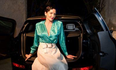 """Το νέο ΜΙΝΙ Clubman άνοιξε τις πόρτες του για πρώτη φορά στο κοινό και το υποδέχθηκε ως ένας σύγχρονος gentleman στο πρώτο Photo Exhibition, που πραγματοποιήθηκε στην Ελλάδα με πρωταγωνιστή ένα αυτοκίνητο. Την Τρίτη 15, Οκτωβρίου, προσκεκλημένοι από τους χώρους των τεχνών, της μόδας, της μουσικής και της ενημέρωσης, βρέθηκαν στην Γκαλερί Ζουμπουλάκη για μία λαμπερή βραδιά εμπνευσμένη από ξεχωριστές καλλιτεχνικές δημιουργίες. Ο Μάνος Δρακωτός, επικεφαλής της μάρκας ΜΙΝΙ στην Ελλάδα, καλωσόρισε όλους τους προσκεκλημένους και τους προσκάλεσε να ανακαλύψουν τον πολύπλευρο χαρακτήρα του νέου MINI Clubman, που ταιριάζει σε κάθε σύγχρονο άνθρωπο της πόλης, που επιδιώκει να ζει νέες εμπειρίες, να εμπνέεται από καθετί νέο, να δημιουργεί και να εξελίσσεται καθημερινά. Το νέο μοντέλο της μάρκας MINI αναγνωρίζει την αξία της πρώτης εντύπωσης. Κάθε χαρακτηριστικό του είναι η πεμπτουσία της ευγένειας, της άριστης σχεδίασης και της πρακτικότητας. Έχει ώριμη και προσεγμένη εμφάνιση, είναι ένας ειδήμονας του στιλ, της υψηλής δεξιοτεχνίας, η επιτομή της εμφάνισης που συναντά την λειτουργικότητα. Οι 6 πόρτες του νέου MINI Clubman ανοίγουν για να προσφέρουν έμπνευση και χώρο για τις πιο μοναδικές αναζητήσεις. Για το λόγο αυτό, η ΜΙΝΙ ζήτησε από 6 διακεκριμένους Έλληνες φωτογράφους να αποτυπώσουν αυτά τα χαρακτηριστικά στις φωτογραφίες τους και να εμπνευστούν από το βασικό μήνυμα του νέου MINI Clubman, """"Open More Doors"""". Έτσι, δημιουργήθηκαν 6 ξεχωριστές ιστορίες που παρουσίασαν όλες τις ανατρεπτικές πτυχές ενός πραγματικού gentleman από τους φωτογράφους - δημιουργούς, Κωνσταντίνο & Πέτρο Σοφικίτη, Νικόλα Μάστορα, Κώστα Σπαθή, Ηλία Τζόιδο, Παναγιώτη Κουτρουμπή και Άρη Κατσιγιάννη. Το αποτέλεσμα αυτής της συνεργασίας παρουσιάστηκε μέσω μιας φωτογραφικής συλλογής, ενώ οι καλλιτέχνες είχαν την ευκαιρία να παρουσιάσουν την δική τους οπτική και να μοιραστούν με το κοινό την έμπνευσή τους."""