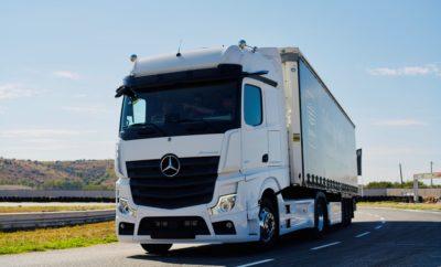 Η Mercedes-Benz κατάφερε να ενθουσιάσει τους επαγγελματίες που επισκέφθηκαν το Αυτοκινητοδρόμιο Μεγάρων για να μάθουν αλλά και να βιώσουν με έναν πρωτόγνωρο τρόπο τα συστήματα ασφαλείας που διαθέτουν τα επαγγελματικά της οχήματα. Μια εκδήλωση αφιερωμένη στα επαγγελματικά οχήματα και στα συστήματά τους, πέρα από τα συνηθισμένα! Με πολλά σημεία ενδιαφέροντος και επίκεντρο τον επαγγελματία οδηγό: Safety Ride εντός της πίστας με Sprinter και Actros, Πρεμιέρες επί Ελληνικού εδάφους, Let's Talk Workshop από τους εκπαιδευτές της Mercedes-Benz, Test Drives σε εξωτερική διαδρομή, Συζήτηση με τους Συμβούλους Πωλήσεων όλων των κατηγοριών… Οι επισκέπτες μέσα από την ποικιλία δραστηριοτήτων που τους προσέφερε η εκδήλωση είχαν την ευκαιρία να ενημερωθούν, να καταρτιστούν και να βιώσουν στην πράξη τον τρόπο λειτουργίας των συστημάτων ασφαλείας των πιο προηγμένων επαγγελματικών οχημάτων της αγοράς . Όπως ήταν αναμενόμενο οι επαγγελματίες δεν έκρυβαν τον ενθουσιασμό τους ύστερα από κάθε επίδειξη με τα δύο Actros εντός κλειστής διαδρομής στην πίστα. Οι Γερμανοί & Έλληνες εκπαιδευτές εξηγούσαν με κάθε λεπτομέρεια τις καινοτομίες των συστημάτων υποβοήθησης στο νέο Actros καθώς και τις εφαρμογές των τεχνολογιών συνδεσιμότητας. Μέσα από πρακτικές παρουσιάσεις οι συμμετέχοντες στη δοκιμαστική διαδρομή κατανόησαν πώς λειτουργεί το σύστημα καμερών MirrorCam ή πώς ελαχιστοποιούνται οι περιπτώσεις ατυχημάτων δεδομένου ότι το όχημα ακινητοποιείται όταν «αναλάβουν δράση» οι αισθητήρες που ανιχνεύουν το νεκρό σημείο, το προπορευόμενο όχημα ή κάποιον πεζό που διασχίζει το δρόμο χωρίς να κοιτάξει. Κατά την πορεία του φορτηγού διαπίστωσαν τη λειτουργία του Active Drive Assist που διευθύνει, επιβραδύνει ή επιταχύνει αυτόματα το όχημα υπό προϋποθέσεις και πλέον επιτρέπει τη μερικώς αυτοματοποιημένη οδήγηση σε όλο το εύρος ταχυτήτων. Ένα πρώτο μεγάλο βήμα προς την αυτόνομη οδήγηση! Σε παράλληλη κλειστή διαδρομή τρία Sprinter εντυπωσίασαν τους επιβάτες τους με την επίδειξη των συστημάτων υποβοήθησης νέ