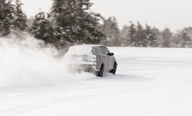 Πολλοί είναι οι μύθοι που «περιτριγυρίζουν» τα ηλεκτρικά αυτοκίνητα. Πέραν εκείνου που αφορά στην περιορισμένη αυτονομία τους, δεν είναι λίγοι εκείνοι που πιστεύουν ότι τα σύγχρονα ΕVs είναι λιγότερο απολαυστικά στην οδήγηση σε σχέση με τα συμβατικά – και σε συγκεκριμένες μάλιστα συνθήκες, όπως η οδήγηση σε χιόνι ή πάγο, λιγότερο αποτελεσματικά. Είναι όμως έτσι; Τους μύθους αυτούς έρχεται να καταρρίψει η Ford με το νέο - εμπνευσμένο από την Mustang - ηλεκτρικό SUV της, το οποίο θα κυκλοφορήσει την επόμενη κιόλας χρονιά εξασφαλίζοντας κορυφαία οδηγικά χαρακτηριστικά και καταιγιστικές επιδόσεις σε συνδυασμό με αυτονομία άνω των 600 χλμ. Για του λόγου το αληθές, δείτε το σχετικό βίντεο από τις χειμερινές δοκιμές εξέλιξης του νέου ηλεκτρικού SUV της Ford στο παρακάτω
