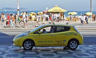"""Η ιστορία ενός ταξί Nissan LEAF, πρώτης γενιάς, που διένυσε πάνω από 350.000 χιλιόμετρα με την εργοστασιακή μπαταρία. Ο Mendiluce ξεκίνησε πίσω από το τιμόνι του ταξί Nissan LEAF, τον Οκτώβριο του 2011. Τo μοντέλο της πρώτης γενιάς του LEAF, κατασκευάστηκε στην Oppama της Ιαπωνίας και είναι εφοδιασμένο με μπαταρία λιθίου 24 kWh. Ο Mendiluce αντικατέστησε την μπαταρία του αυτοκινήτου μετά από 354.000 χιλιόμετρα, χωρίς να καταναλώσει ούτε μια σταγόνα ορυκτού καυσίμου ! Η εμπειρία του έχει διαδοθεί από τα μέσα κοινωνικής δικτύωσης και ειδήσεων στην Ισπανία, καθώς ο στόχος του είναι να πείσει το κοινό για τα οφέλη της κινητικότητας με μηδενικές εκπομπές ρύπων. Όπως χαρακτηριστικά ανέφερε """" Διένυσα 270.000 χιλιόμετρα, εξοικονομώντας 21.060 λίτρα καυσίμου, 18 αλλαγές λαδιού, φίλτρων, τακάκια φρένων, ιμάντων κ.α., από επισκέψεις στο συνεργείο. Το γεγονός ότι δεν εκπέμπω αέρια θερμοκηπίου και συμβάλλω στη βελτίωση της ποιότητας του αέρα ... αξία ανεκτίμητη."""" Σύμφωνα με υπολογισμούς που παρείχε η Nissan, ένα όχημα ICE (με κινητήρα εσωτερικής καύσης) θα είχε εκπέμψει 51 τόνους διοξειδίου του άνθρακα, στο συγκεκριμένο χρονικό διάστημα. Το συγκεκριμένο LEAF, πραγματοποιούσε κατά μέσο όρο 150 χιλιόμετρα την ημέρα, φτάνοντας κάποιες μέρες τα 200-280 χιλιόμετρα. Ο οδηγός / ιδιοκτήτης του επωφελούνταν κατά τη διάρκεια των γευμάτων / διαλλειμάτων ανάπαυσης, για να επαναφορτίσει το όχημα. Όπως ανέφερε """"είναι καθαρά θέμα οργάνωσης. Δεν μπορούσα να κάνω μακρινές αποστάσεις, αλλά για το 90% της καθημερινότητας μου δεν αντιμετώπισα κανένα πρόβλημα. Η φόρτιση στο σπίτι έφτανε τις 3 ώρες και σε σημείο γρήγορης επαναφόρτισης τα 45 λεπτά."""" Ως o πρώτος Ισπανός αυτοκινητιστής που """"συμβίωσε"""" επαγγελματικά με ένα ηλεκτρικό όχημα, αυτό δεν το έκανε σε μια μεγάλη πόλη. Δεν ήταν στη Μαδρίτη ή στη Βαρκελώνη, αλλά στο Βαγιαδολίδ, την ιδιαίτερη πατρίδα του. Το Βαγιαδολίδ διαθέτει 34 σημεία δημόσιας φόρτισης. Ο στόχος του Mendiluce ήταν να φτάσει τα 500.000 χιλιόμετρα με αυτό το αυτοκίνητο, αλλά ένα ατ"""