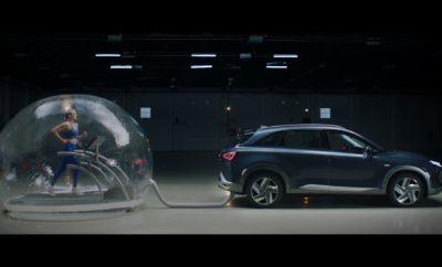 """• Η νέα καμπάνια της Hyundai παρουσιάζει την τεχνολογία του Hyundai NEXO, του πρώτου ηλεκτρικού SUV κυψελών καυσίμου υδρογόνου • Το βίντεο δείχνει πώς η Brand Ambassador στην Ισπανία Mireia Belmonte προπονείται ενώ είναι συνδεδεμένη με το σωλήνα εξάτμισης και το όχημα βρίσκονταν σε λειτουργία. Το Hyundai NEXO, το οποίο εκπέμπει μόνο υδρατμούς φιλτράροντας κατά 99,9% το οξυγόνο, απεικονίζει πραγματικά τη δέσμευση της Hyundai για την ανάπτυξη φιλικών προς το περιβάλλον οχημάτων Μια πρωτότυπη καμπάνια με την ολυμπιονίκη κολύμβησης και brand ambassador στην Ισπανία Mireia Belmonte πραγματοποίησε η Hyundai, κατά την οποία αναδείχθηκε με τον καλύτερο τρόπο η καθαρή τεχνολογία κυψελών καυσίμου υδρογόνου του Hyundai NEXO. Στο spot, η Ολυμπιονίκης αντιμετώπισε την πρόκληση της προπόνησης τρέχοντας σε διάδρομο γυμναστικής τοποθετημένο μέσα σε μια φούσκα που συνδέονταν με το σωλήνα εξάτμισης ενός Hyundai NEXO, αναπνέοντας τις εκπομπές κατευθείαν από το όχημα καθώς βρίσκονταν σε λειτουργία. Αυτή η εξαιρετική πρόκληση απέδειξε την αποτελεσματικότητα της καθαρής, φιλικής προς το περιβάλλον τεχνολογίας που αναπτύχθηκε για το Hyundai NEXO, το οποίο εκπέμπει μόνο υδρατμούς και φιλτράρει κατά 99,9% το οξυγόνο. Στην πραγματικότητα, ο αέρας που ανέπνεε η Belmonte ήταν καθαρότερος από τον αέρα που αναπνέουν οι περισσότεροι άνθρωποι, ειδικότερα στις μεγάλες πόλεις. Η Mireia Belmonte, παραδέχεται ότι βρήκε την πρόκληση εξαιρετική και δεν δίστασε να πραγματοποιήσει την εκπληκτική πρόταση της Hyundai για να αποδείξει πόσο μακριά μπορεί να φτάσει η τεχνολογία υδρογόνου. """"Ως πρέσβειρα της μάρκας Hyundai, κλήθηκα να αναλάβω μια πρόκληση όπου θα έπρεπε να αναπνέω απευθείας από την εξάτμιση του NEXO. Προφανώς, αυτό δεν είναι ένα μέσο αυτοκίνητο, ούτε και οι εκπομπές του. Αρχικά ήμουν συγκλονισμένη από αυτή την ιδέα, αλλά τώρα μπορώ να πω ότι είναι ένα από τα πιο εκπληκτικά projects που έχω συμμετάσχει. Χωρίς αμφιβολία, είναι ζωτικής σημασίας να συνεχίσουμε να υποστηρίζουμε μάρκες όπως η Hyundai,"""