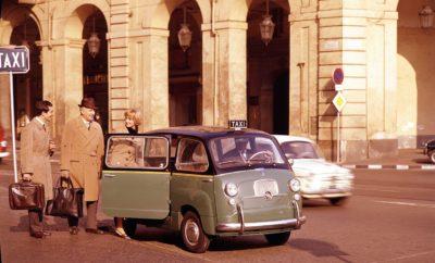 """Η FCA θα δανείσει στο Victoria and Albert Museum (V&A) του Λονδίνου το Fiat 600 Multipla, το οποίο θα πρωταγωνιστήσει στην έκθεση """"Cars: Accelerating the Modern World"""" (Αυτοκίνητα: Επιταχύνοντας τον σύγχρονο κόσμο). Παράλληλα με το συγκεκριμένο έκθεμα το μουσείο τιμά και την 120η επέτειο από την ίδρυση της Fiat. Το Fiat 600 Multipla, το οποίο αποτελεί ένα θρίαμβο του Ιταλικού στιλ, αλλά και τον πρωτοπόρο στην κατηγορία των MPVs, θα πρωταγωνιστήσει στην έκθεση """"Cars: Accelerating the Modern World"""" που θα ανοίξει τις πύλες της την 23η Νοεμβρίου στο μουσείο V&A του Λονδίνου. Η έκθεση εστιάζει στην επίδραση του αυτοκινήτου στην εξέλιξη του σύγχρονου κόσμου και περιλαμβάνει οχήματα που με τη δημιουργία τους επηρέασαν σε σημαντικό βαθμό την κοινωνία. Η έκθεση στοχεύει να παρουσιάσει τα αυτοκίνητα που άλλαξαν τον κόσμο τα τελευταία 130 χρόνια, χάρη στο σχεδιασμό τους, την αρχιτεκτονική τους, αλλά και την επίδραση που είχαν στην κοινωνία. Συνολικά η συλλογή της έκθεσης περιλαμβάνει 15 αυτοκίνητα, μεταξύ των οποίων το πρώτο αυτοκίνητο στην ιστορία, ένα πρωτότυπο ιπτάμενου αυτοκινήτου, αλλά και το θρυλικό Fiat 600 Multipla. Με την παρουσίαση του το 1956 στην έκθεση αυτοκινήτου των Βρυξελών, το Fiat 600 Multipla, προσέφερε έναν εντελώς νέο σχεδιασμό και κορυφαίους εσωτερικούς χώρους. Στις τρεις σειρές καθισμάτων μπορούσε να φιλοξενήσει με άνεση 6 ενήλικες, ενώ με την αναδίπλωση των τεσσάρων πίσω καθισμάτων προσέφερε έναν τεράστιο χώρο φόρτωσης. Χάρη στην πρακτικότητα και την ευελιξία του, το Multipla, αποτέλεσε το αγαπημένο όχημα για τους οδηγούς ταξί, αλλά και τις οικογένειες για περισσότερο από μία δεκαετία. Η ιστορία του Fiat 600 ξεκινά το 1955 όταν το νέο μοντέλο αποτέλεσε τη βάση για τα αποκτήσουν μεγάλες μάζες του πληθυσμού το δικό τους αυτοκίνητο. Το μοντέλο είχε δύο πόρτες, τέσσερις θέσεις και κινητήρα τοποθετημένο στο πίσω μέρος που κινούσε τους πίσω τροχούς. Η εξέλιξη του αυτοκινήτου ξεκίνησε αρκετά χρόνια νωρίτερα και το 1953 ο Πρόεδρος και CEO της Fiat, Vittorio Va"""